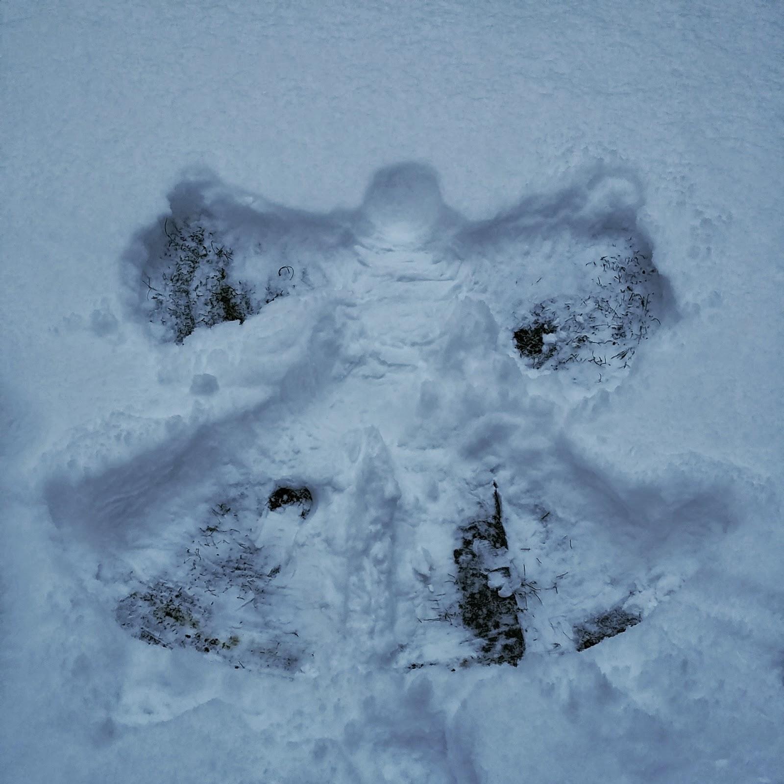 Kind macht Schneeengel, Berliner Winter, Papablog