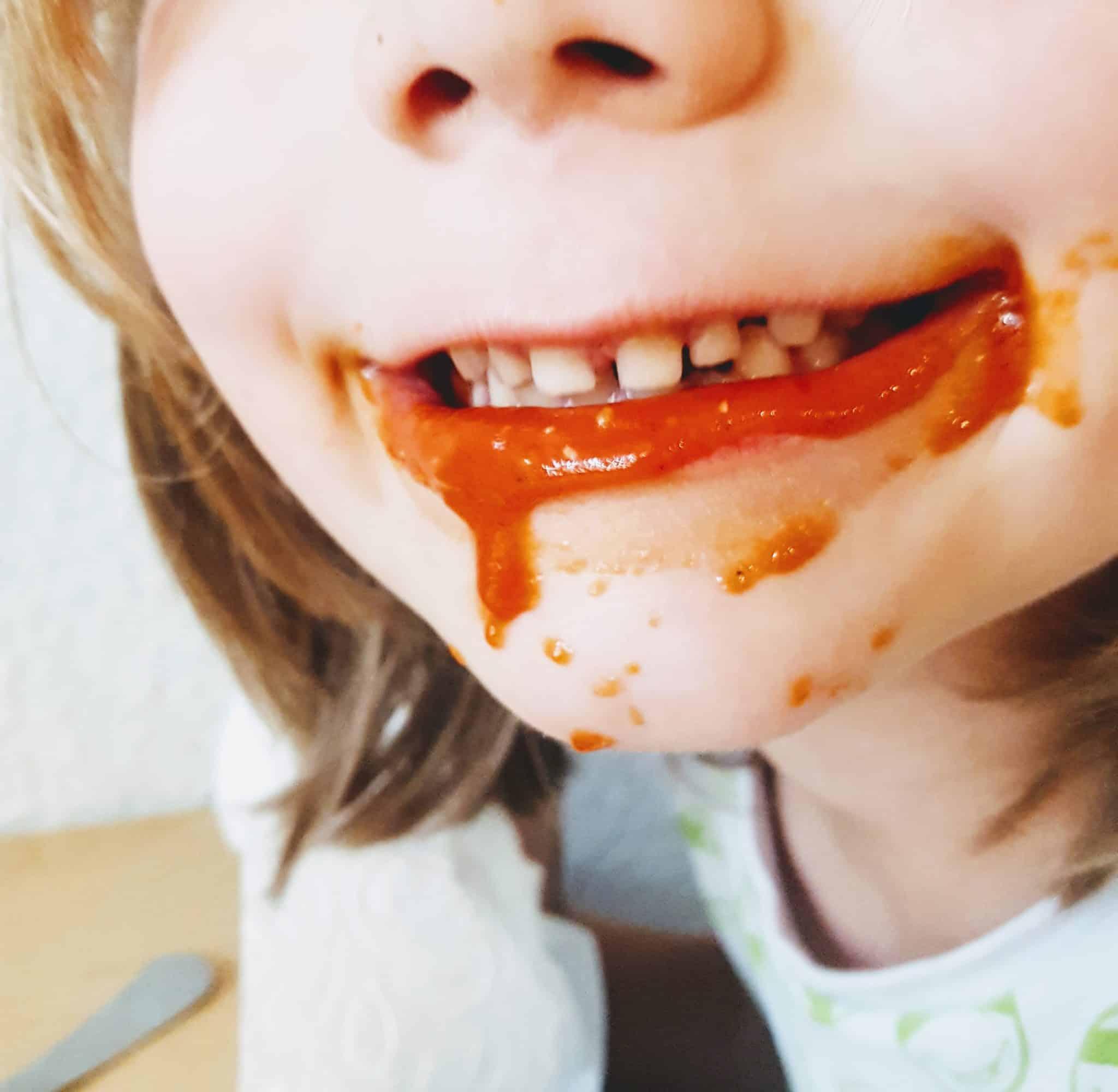 Tomatensauce an einem Kindermund