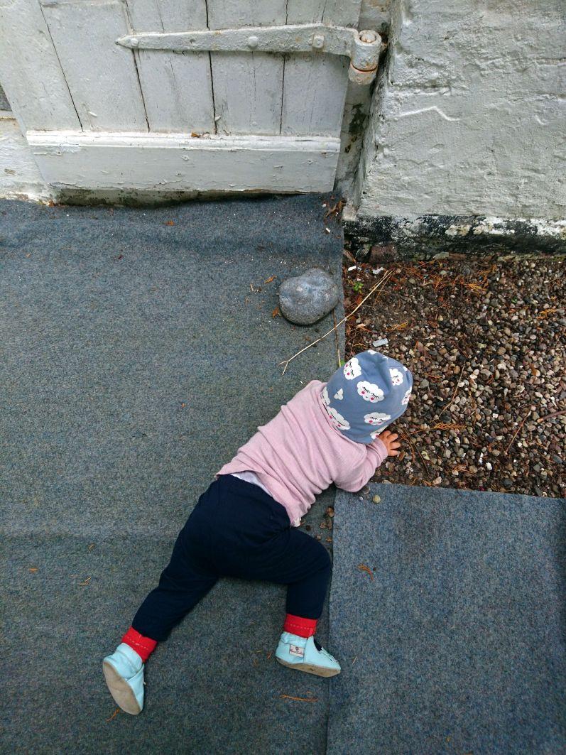 Ein Baby auf Reisen mit Mütze