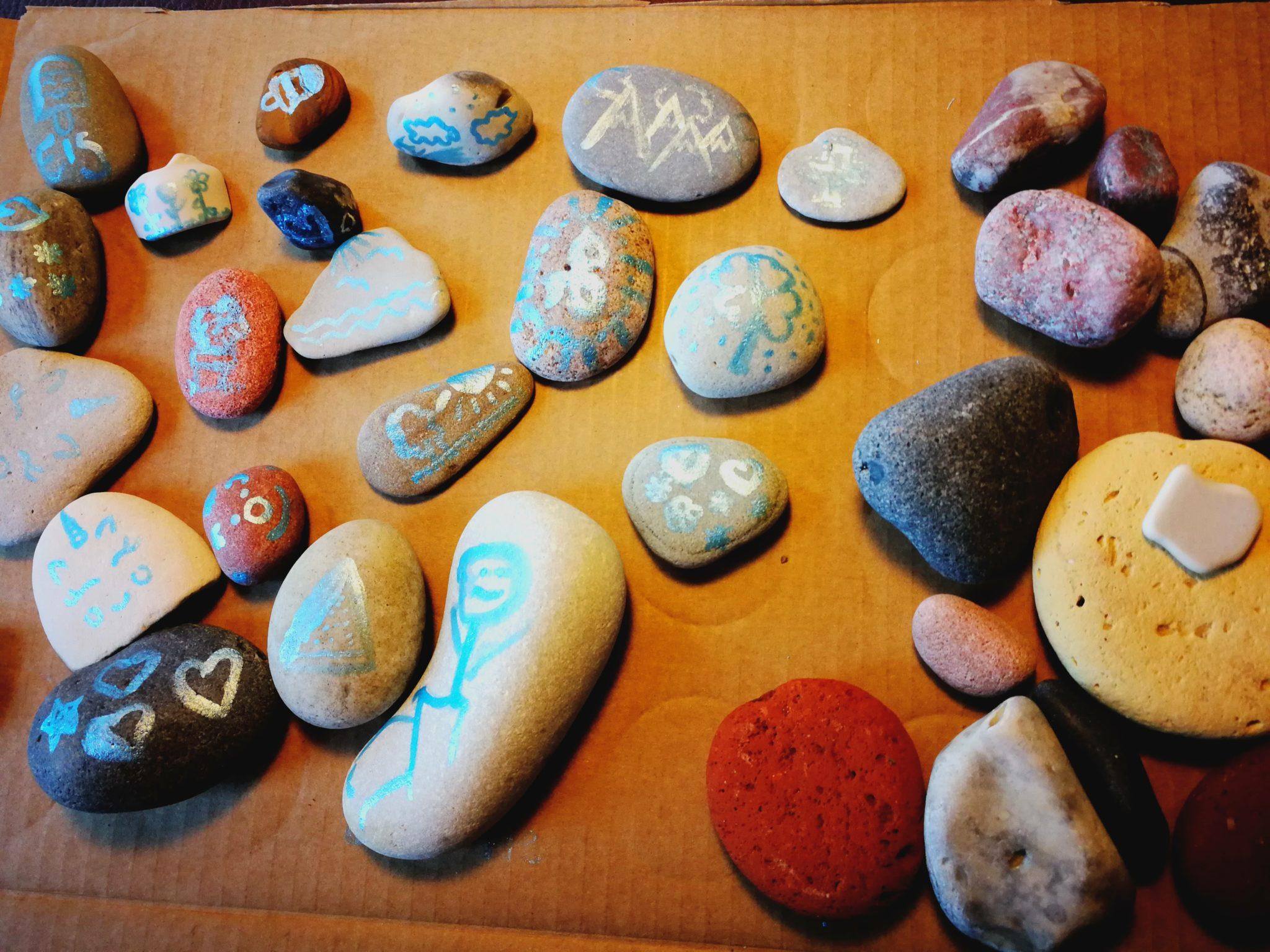 Steine mit Acryllack bemalen