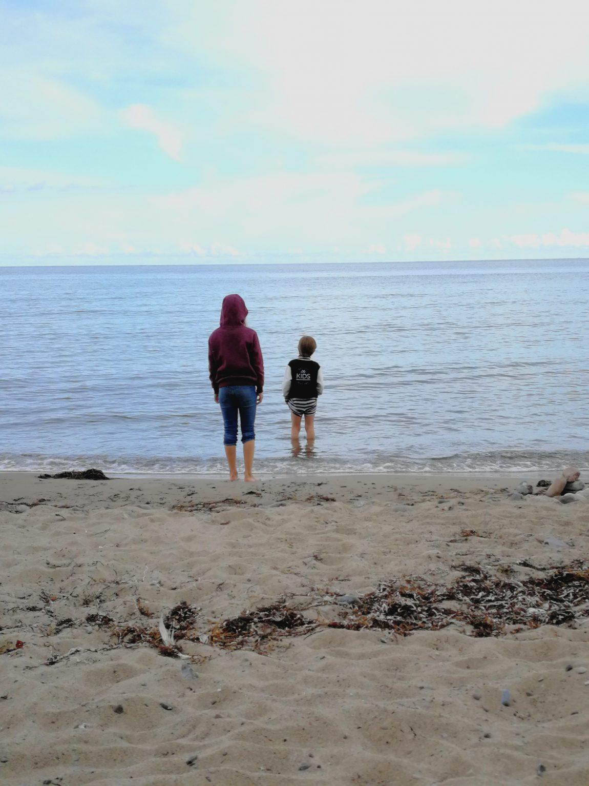 Kinder am Strand von Mön