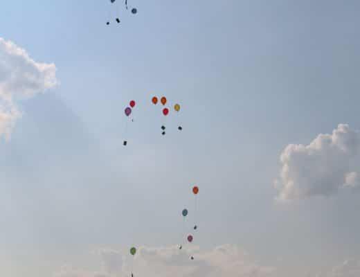 Ballons die in den Himmel fliegen