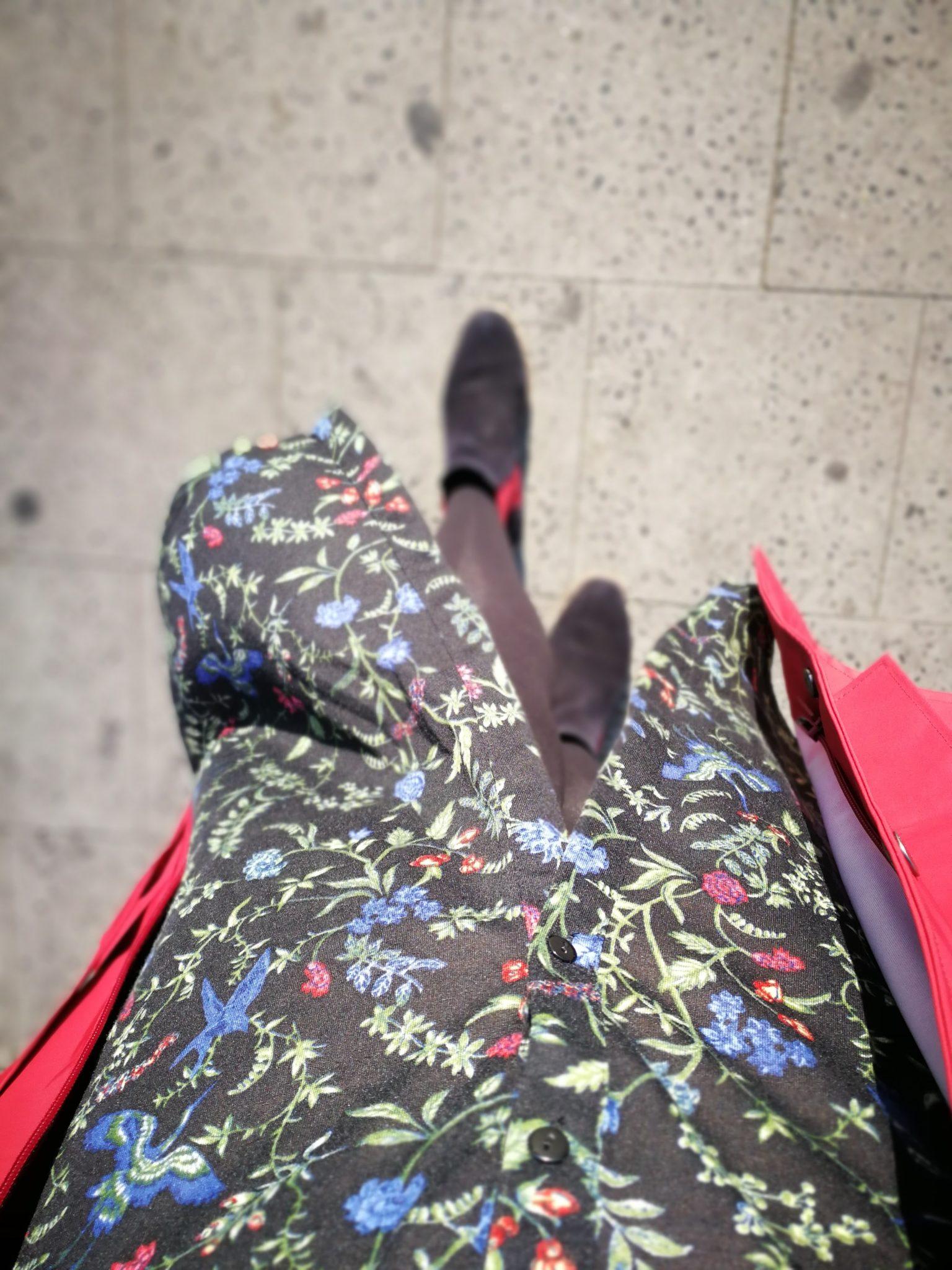 Kleid mit Blumen und Tamaris Schuhen