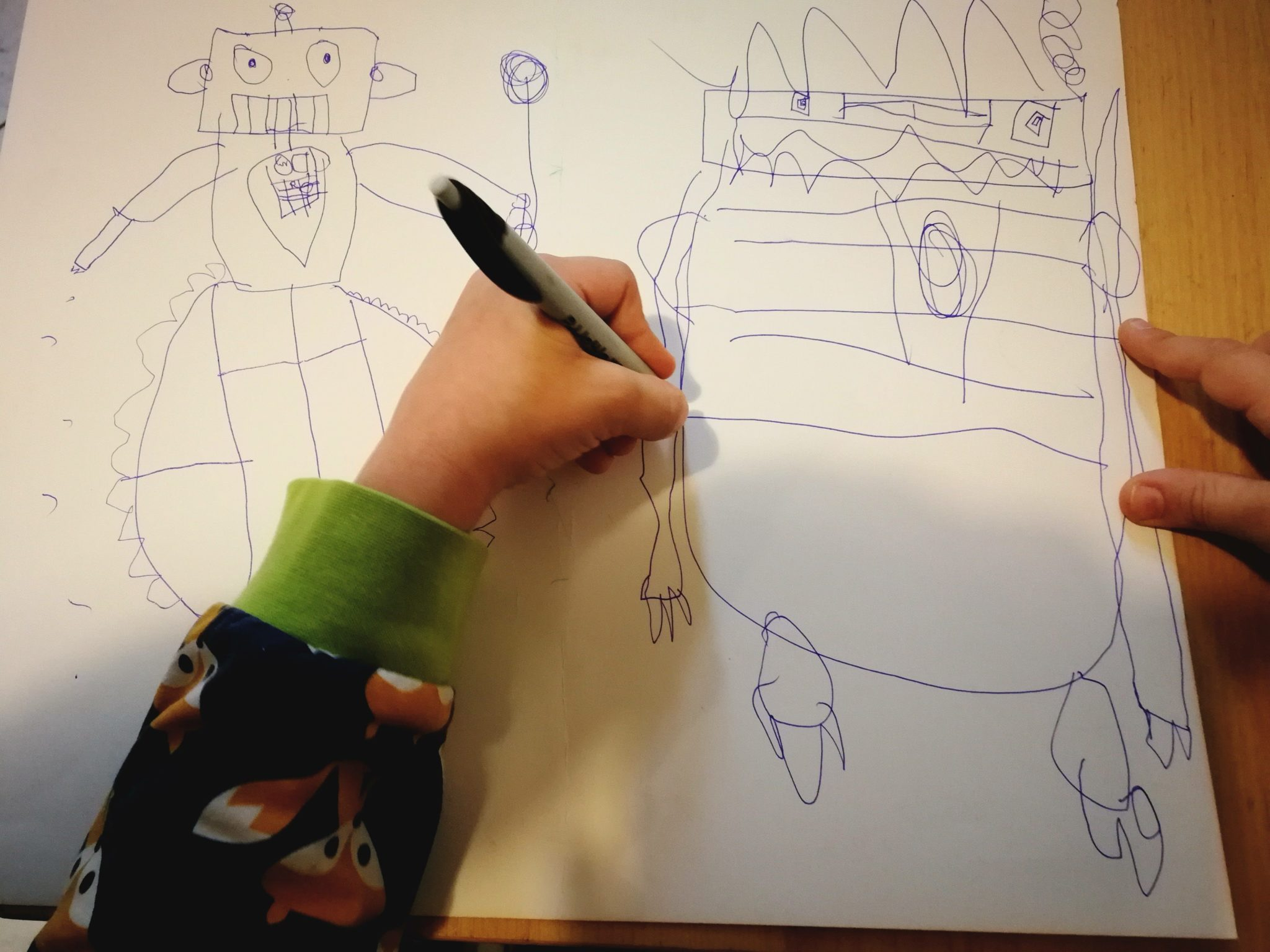 Das Kind malt Roboter