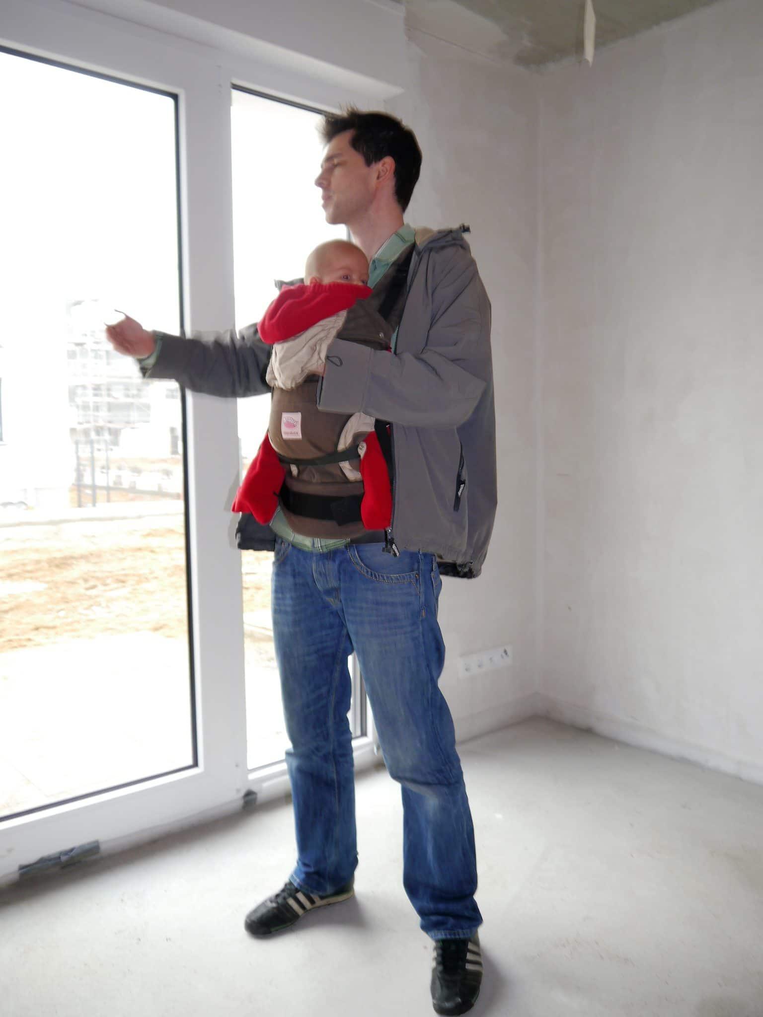 Papa-mit-Baby-auf-Baustelle