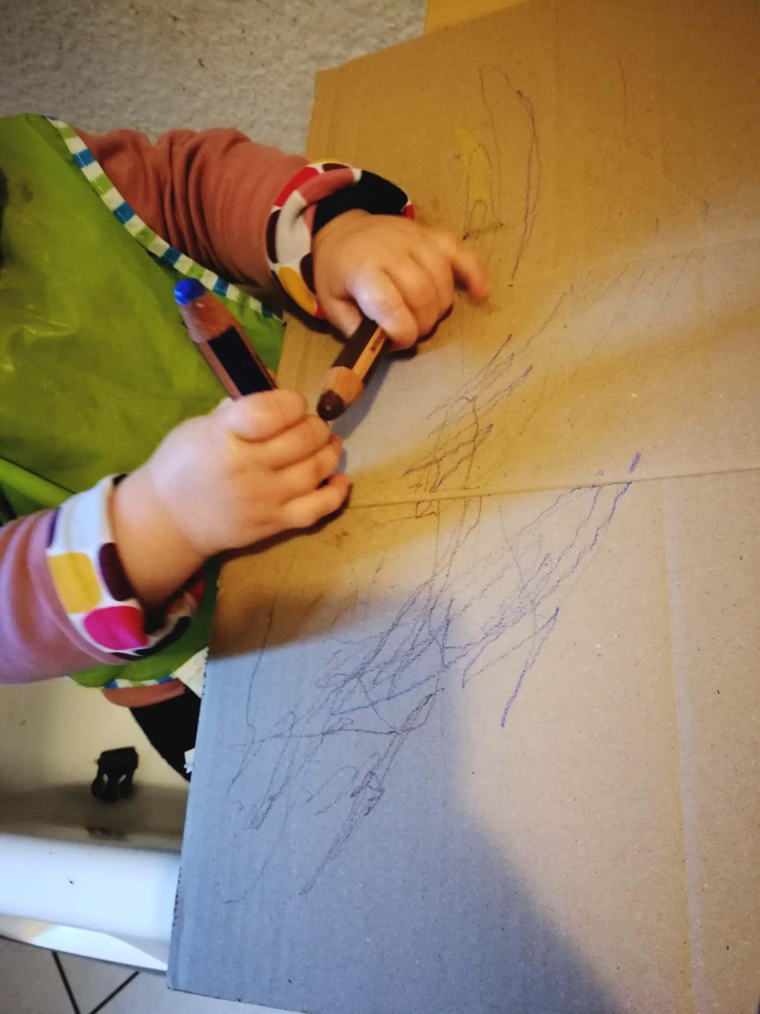 Das Baby malt