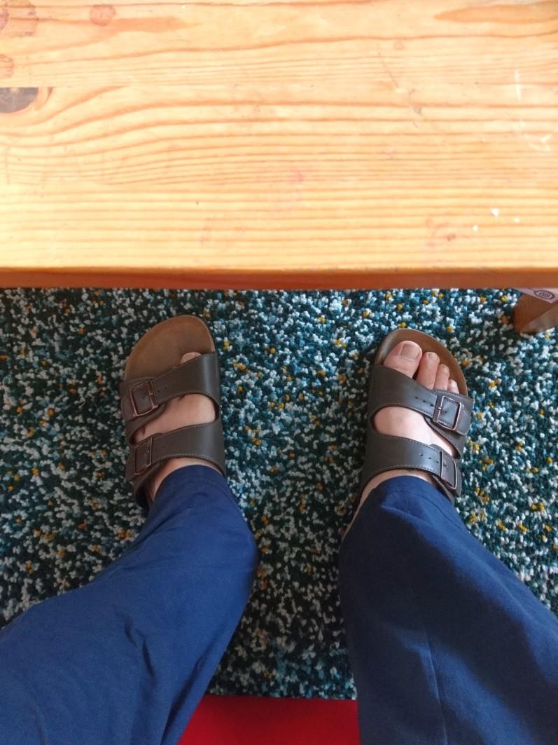 Füße unter dem Tisch