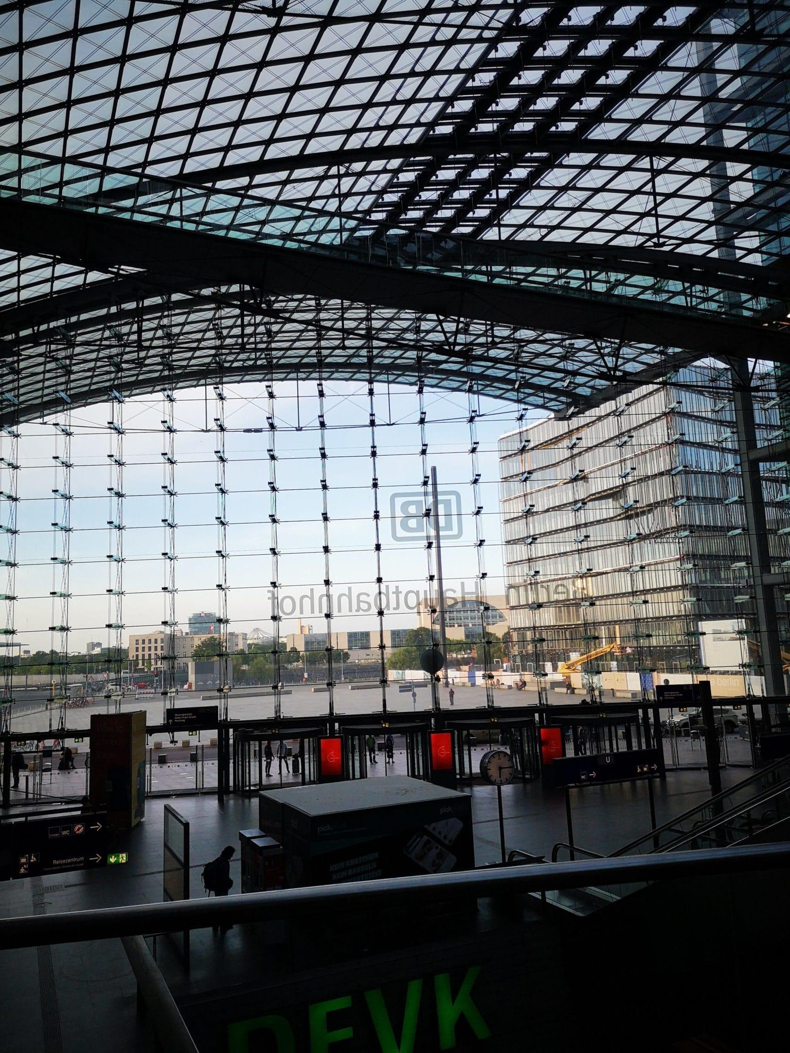 Hauptbahnhof Berlin früh am Morgen.