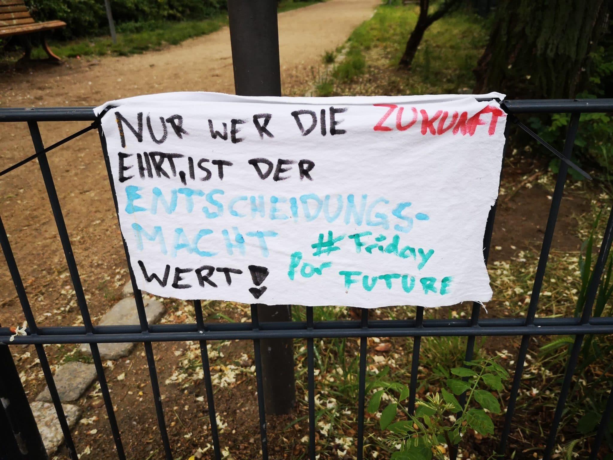 Plakat auf dem steht: Nur wer die Zukunft ehrt.