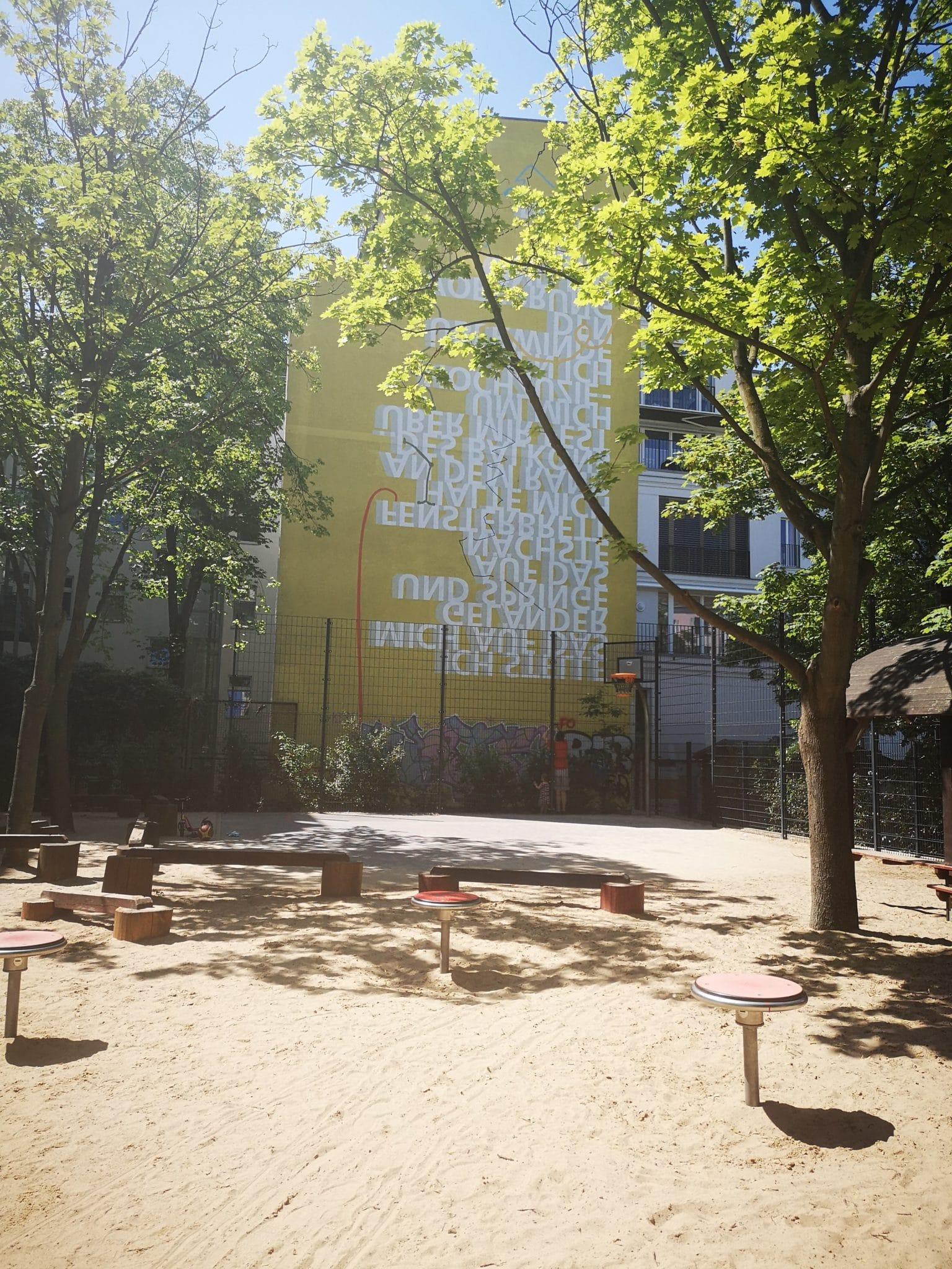 Ein leerer Spielplatz im Hintergrund gelbe Schrift
