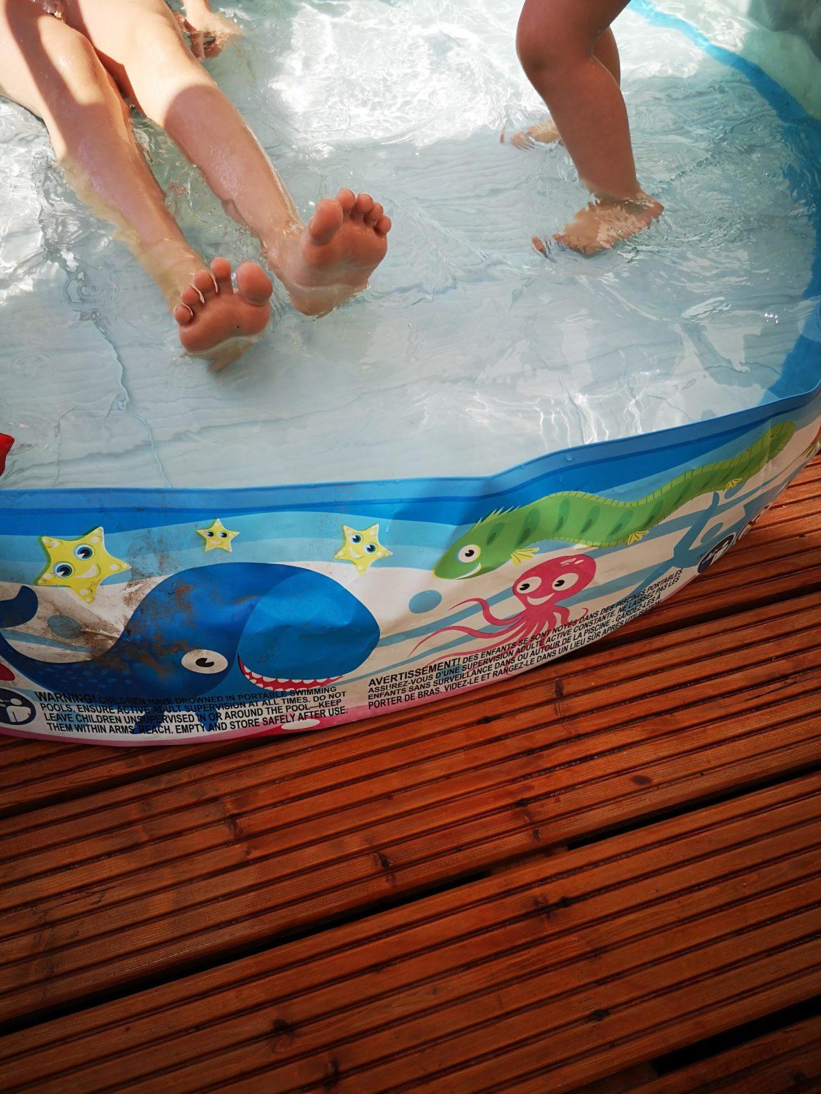 Ein Wasserbad mit Kinderfüßen