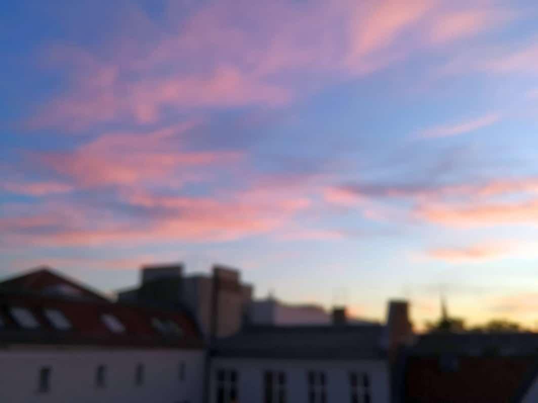 Abendhimmel in rot über den Dächern Berlins