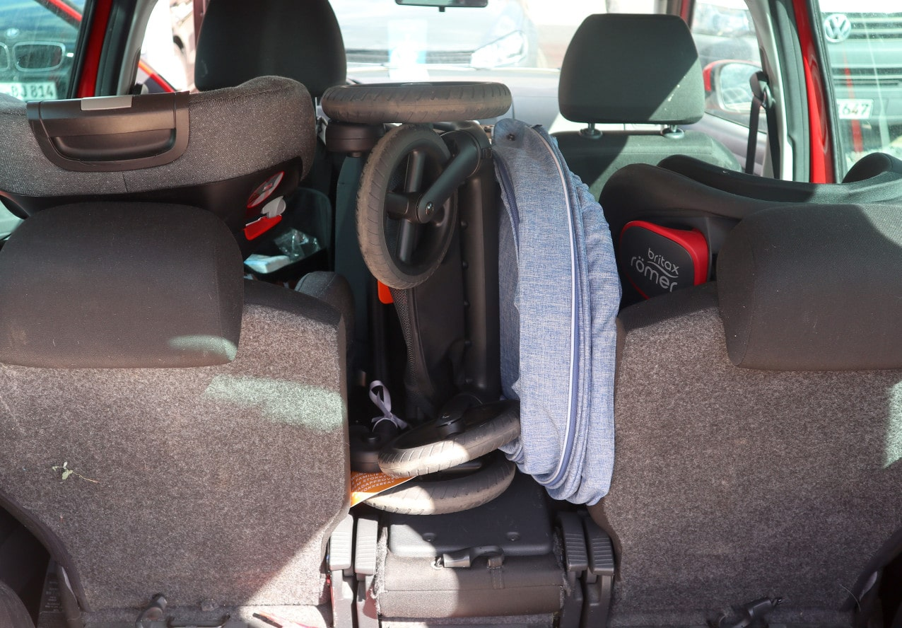 Kinderwagen in einem Auto