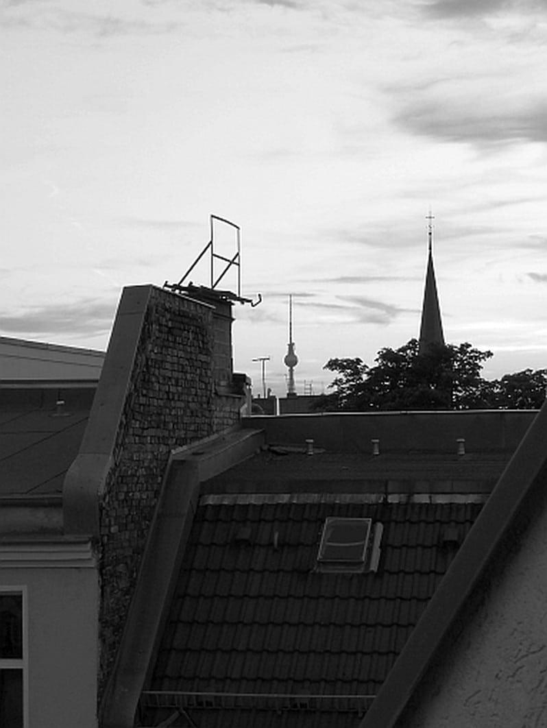 Dachbild mit Fernsehturm in schwarz weiß