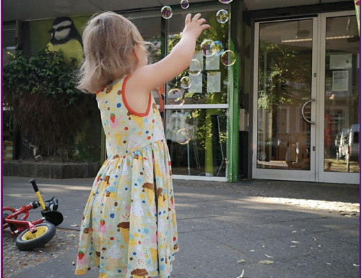 Ein Kind schaut Seifenblasen hinterher