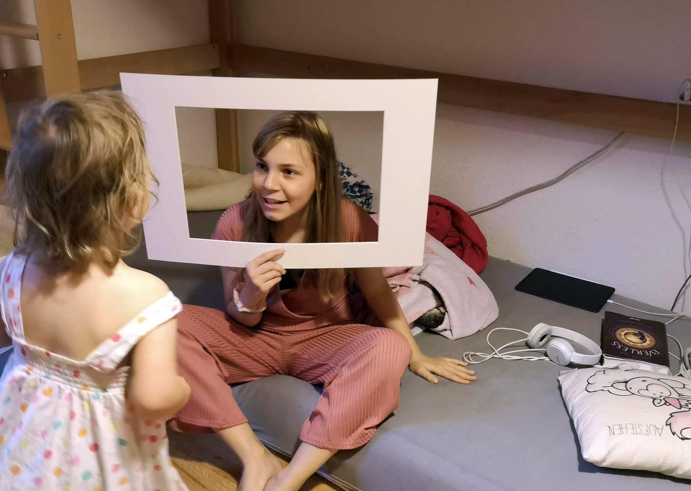 Ein kind schaut durch einen Fernseher