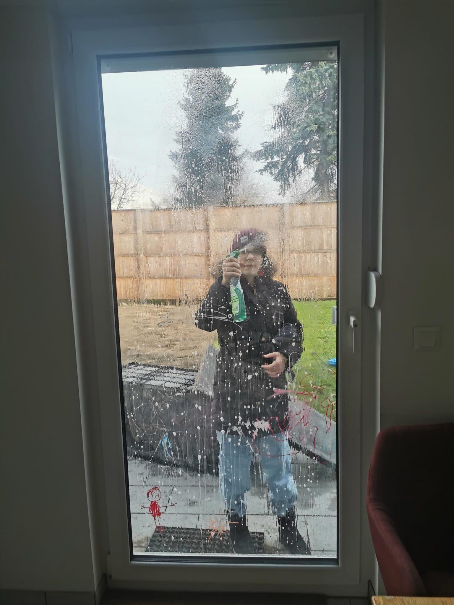 Samstag ist Putztag. Wir schrubben die Fenster.
