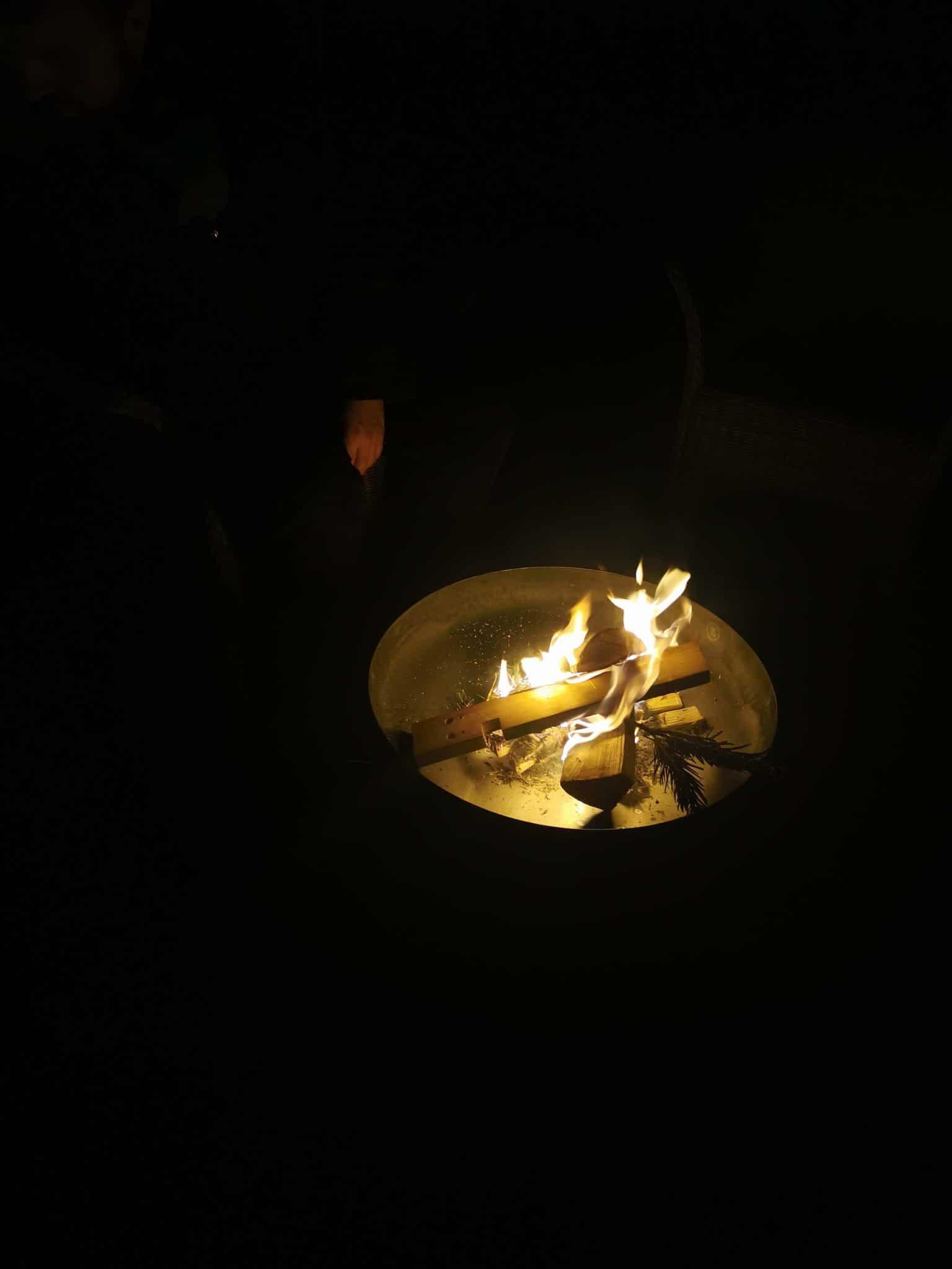 Der Mann macht draußen ein Feuer an. Wir reden ein wenig über unsere Alltagssorgen.