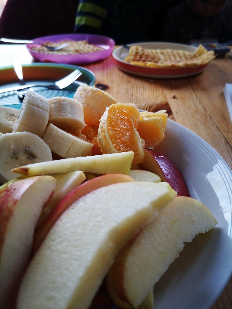 Kaffeetafel mit Obst