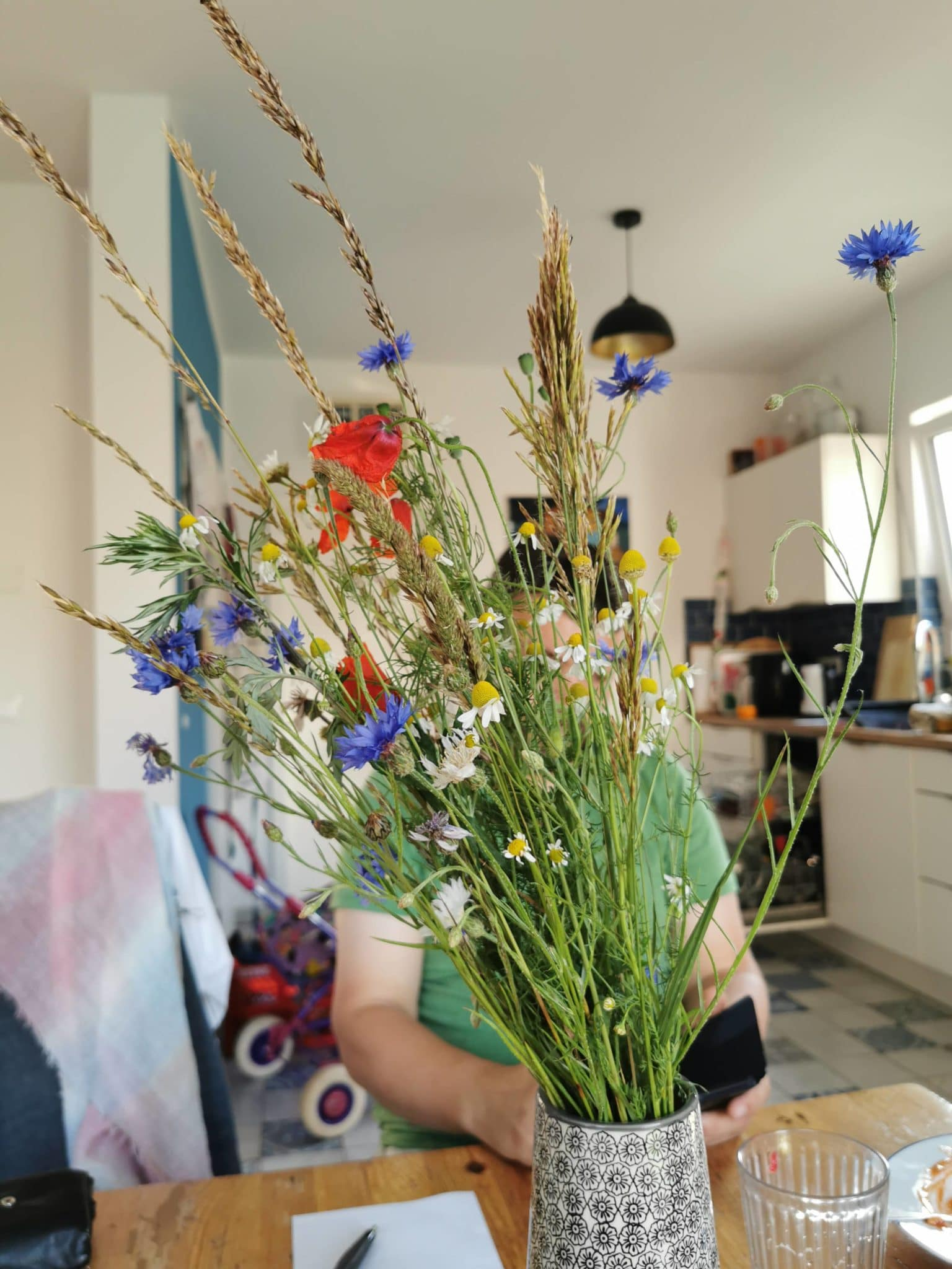 Zu Hause angekommen freut sich der Mann über Wiesenblumen und ich mich über die Kinder.