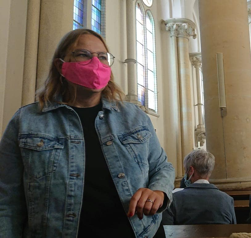 Corona Outfit in der Kirche (1)