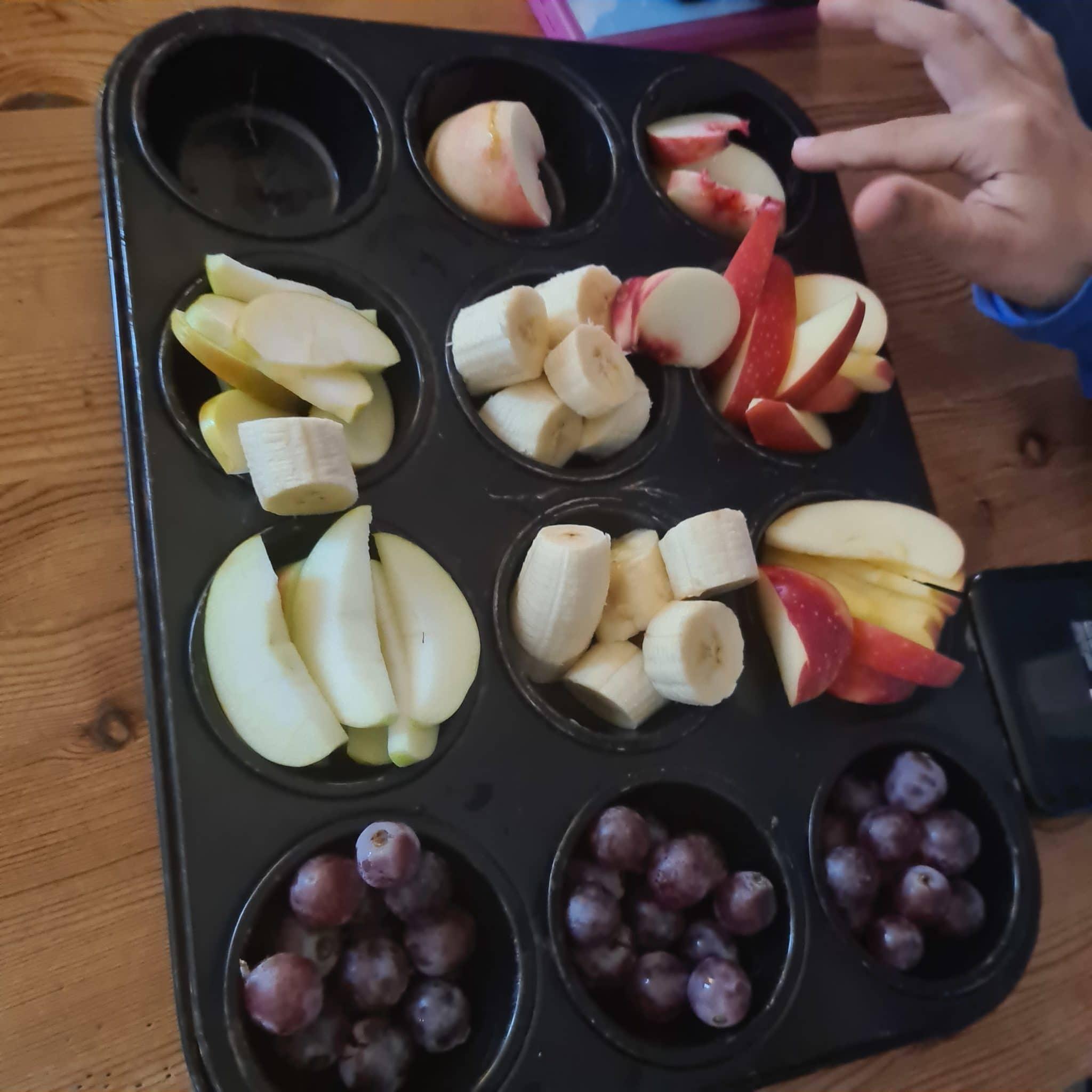 Zum Abendbrot gibt es wieder Obstteller für alle Familienmitglieder.
