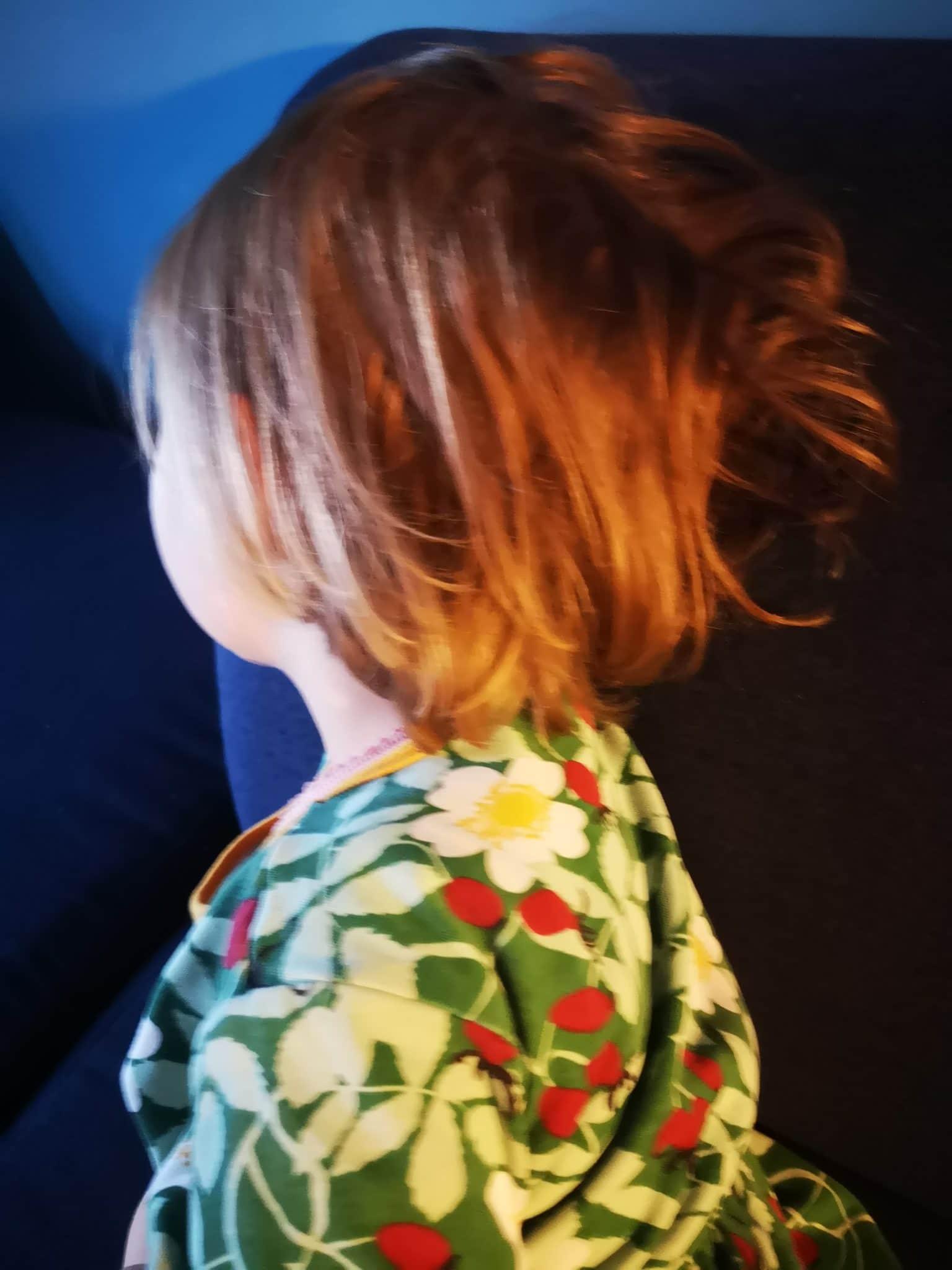#11 Das kleine Kind kräuselt sich schon wieder die Haare vor Müdigkeit.