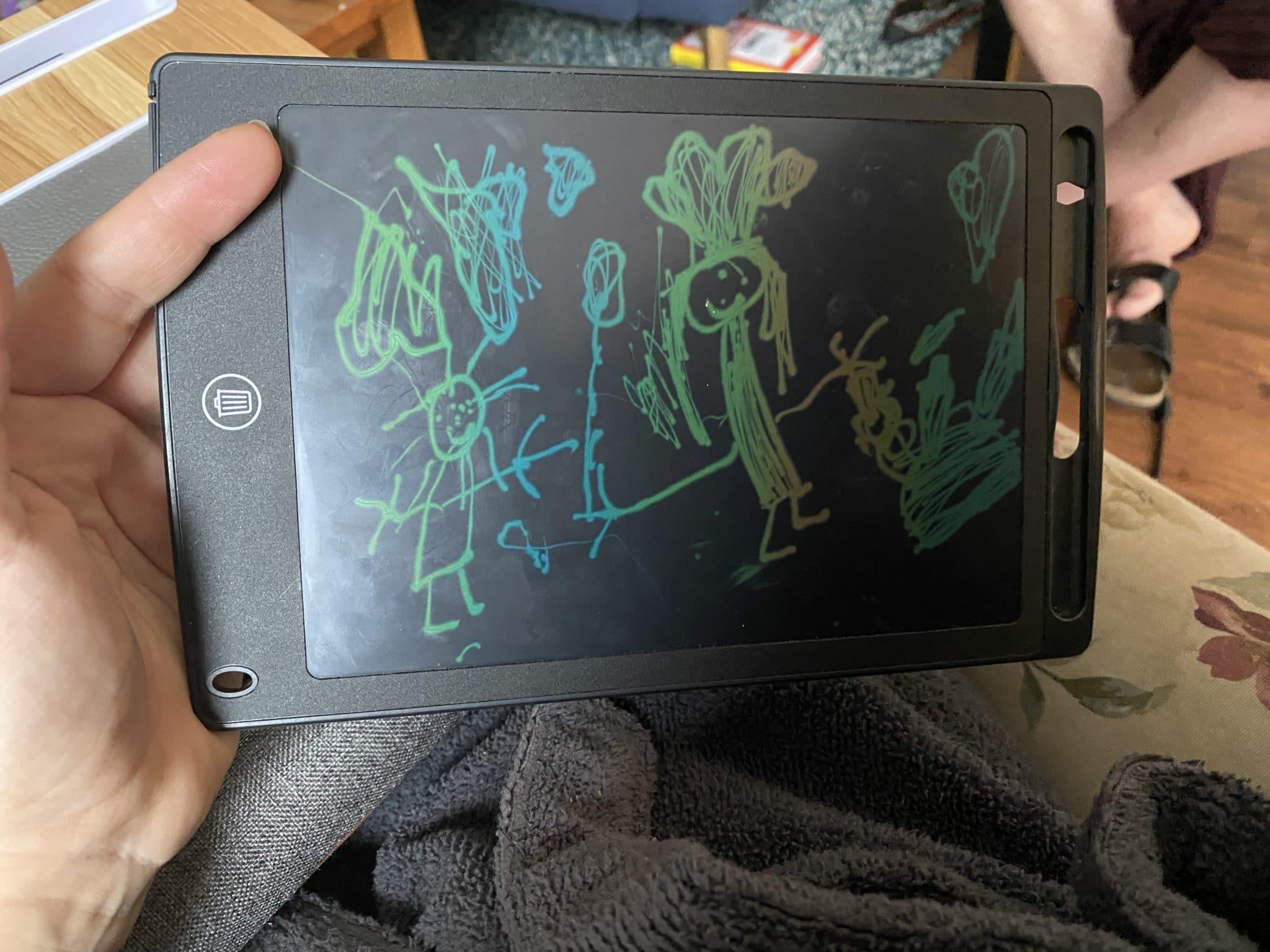 Das Kind malt auf ihr Tablet...Das bin ich als Köchin.