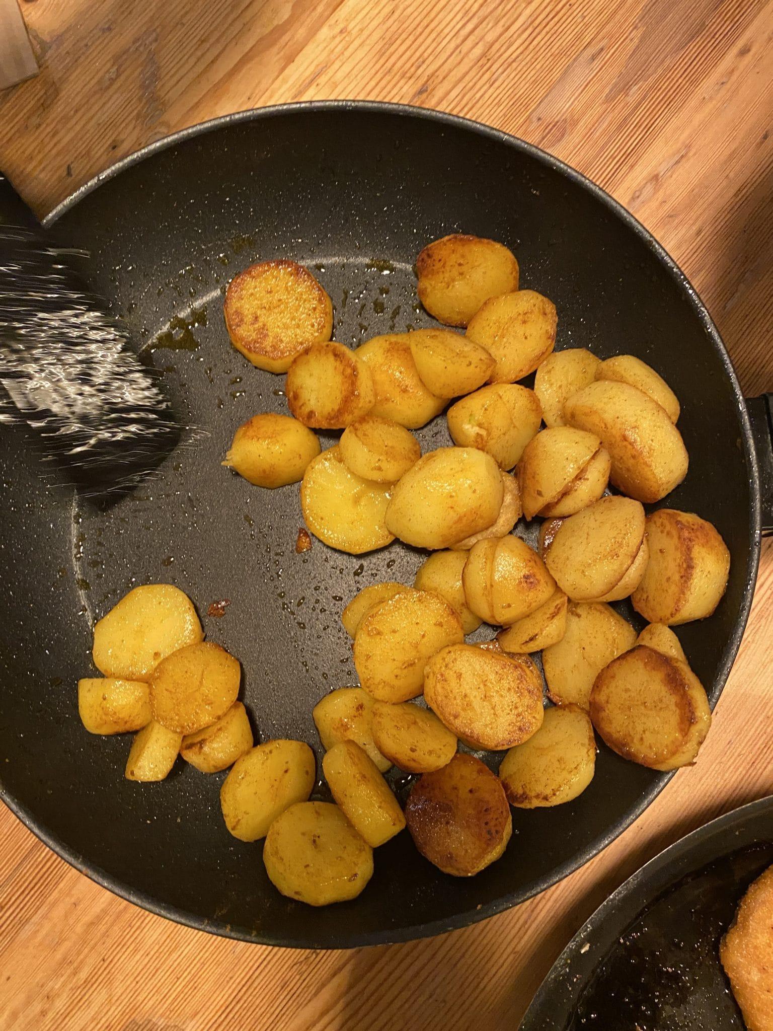 Der Tag ist lang und es gibt zum Abendbrot Bratkartoffeln.