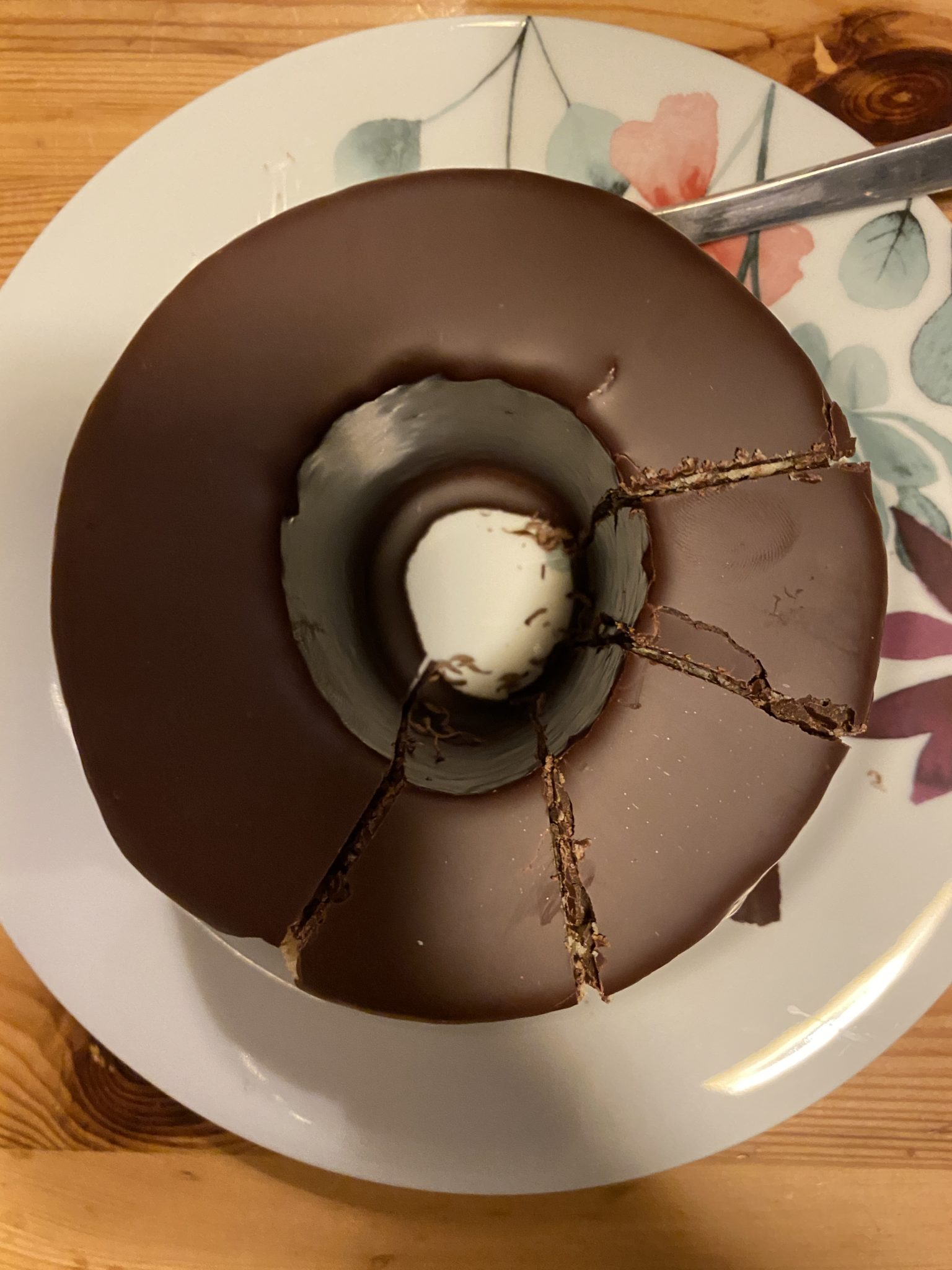 #6 Zum Kaffee gibt es dann Baumkuchen, das Kind schneidet die Stücke ab.