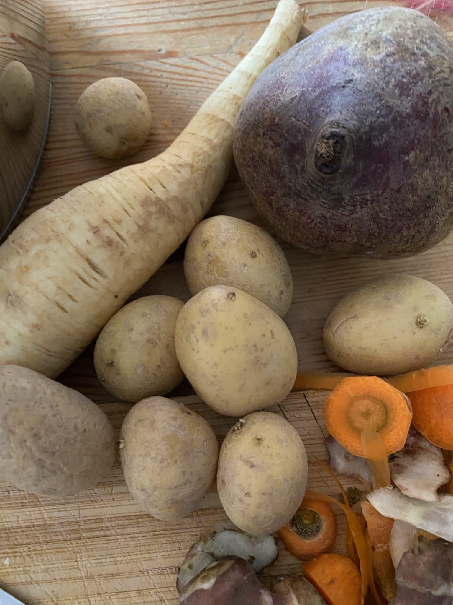 Am Nachmittag wird dann Gemüse geschnippelt und es gibt Gulasch für alle.