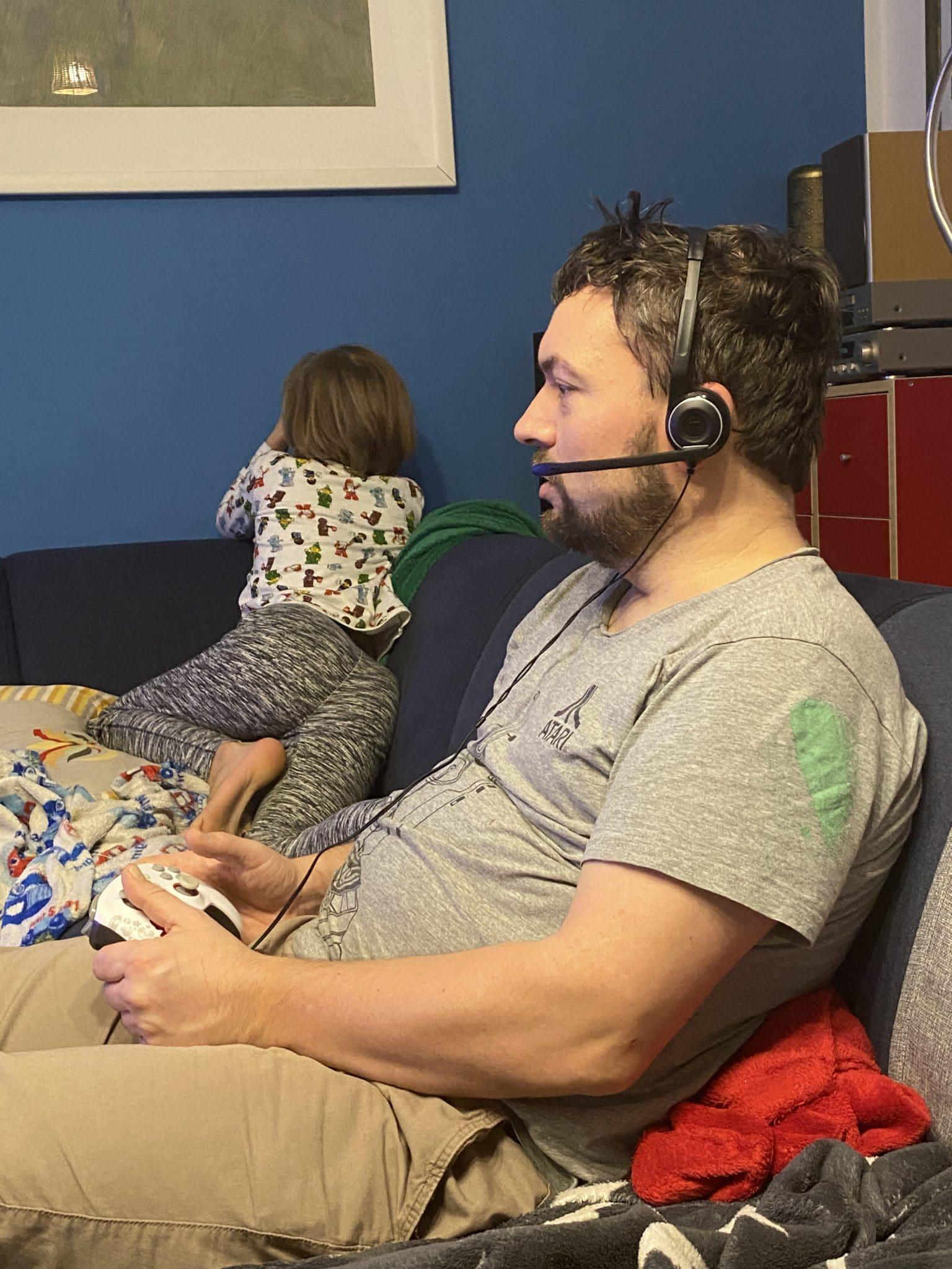 Der Mann probiert heute Fortnite zu spielen, es ist alles sehr aufregend.