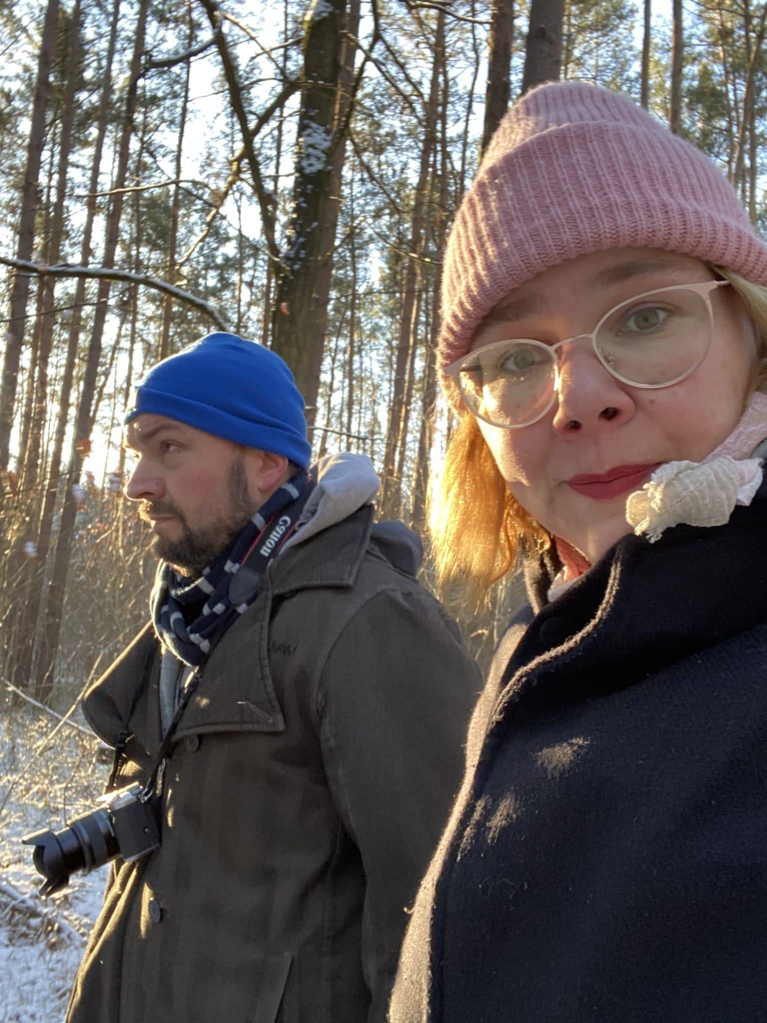 Der Mann und ich gehen spazieren, durch den Wald.