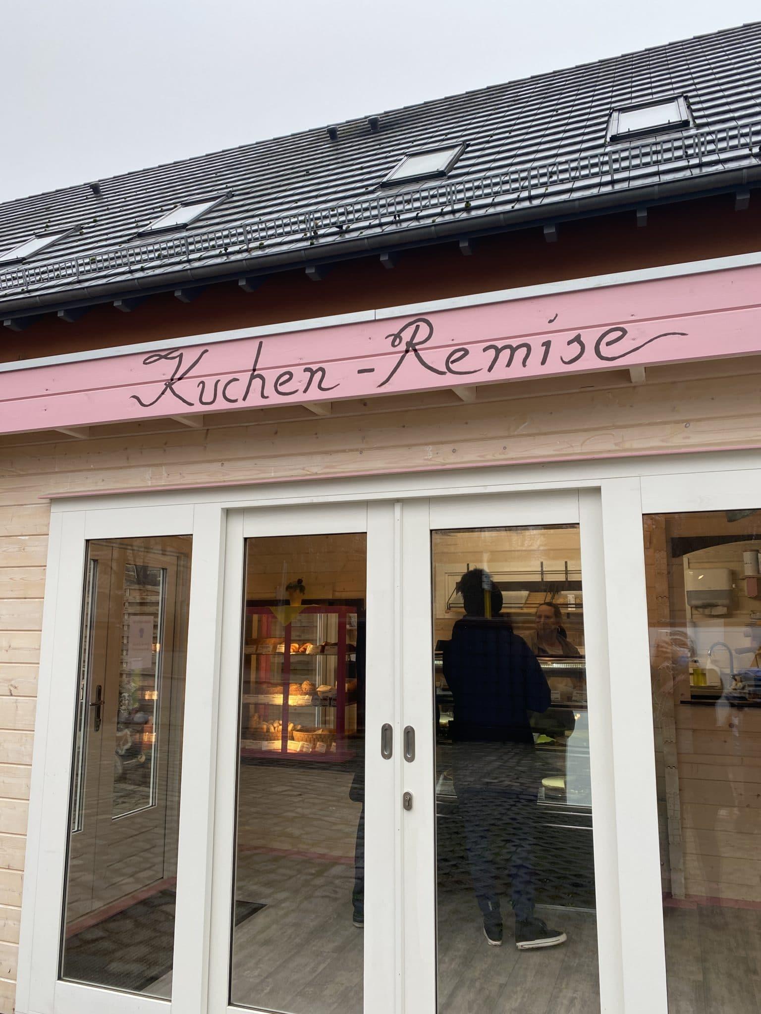 In Berlin Buch angekommen laufe ich an der Kuchen Remise vorbei. Die neue Bio-Bäckerei verkauft Bio-Kuchen und Brötchen.