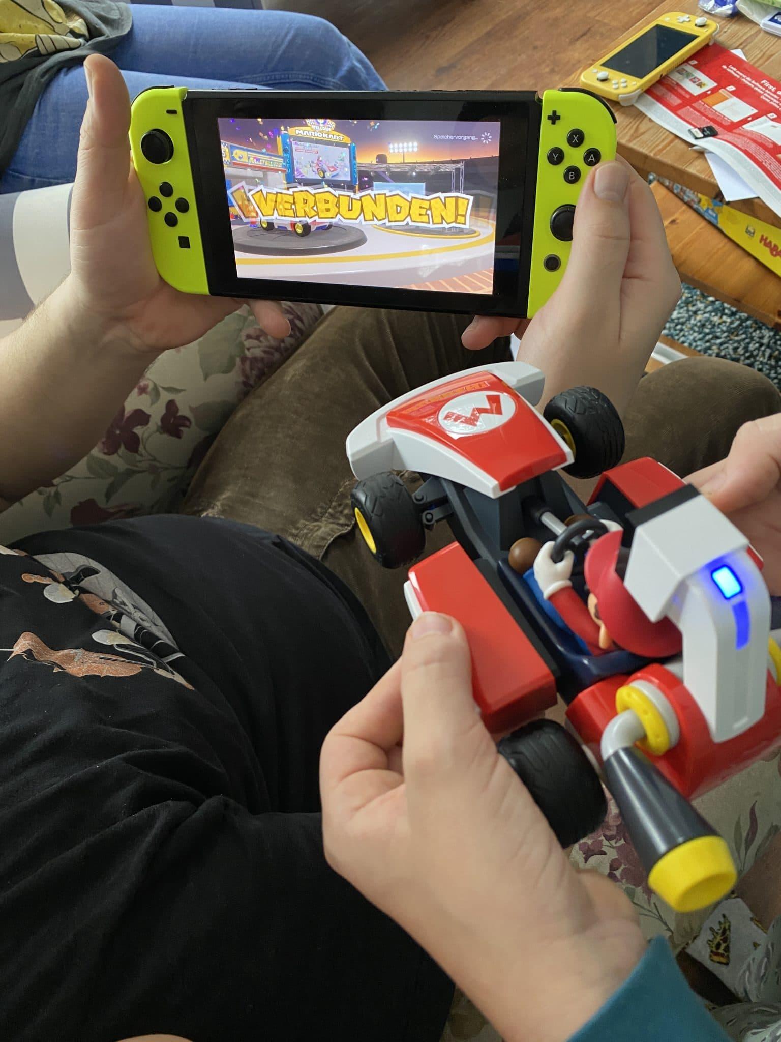 Wir spielen am Nachmittag mit dem MarioKartLiveHomeCircuit.