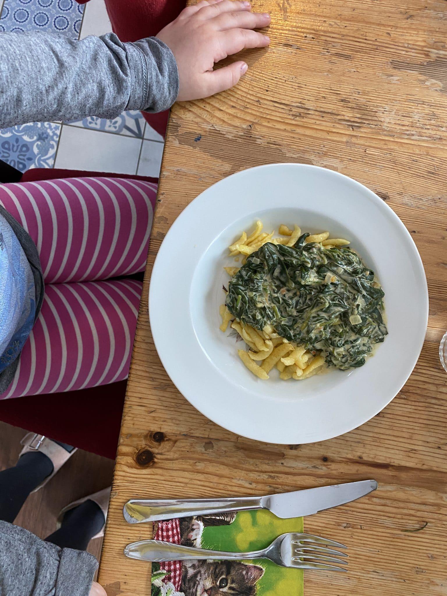 Zum Mittag gibt es Spätzle und Spinat.