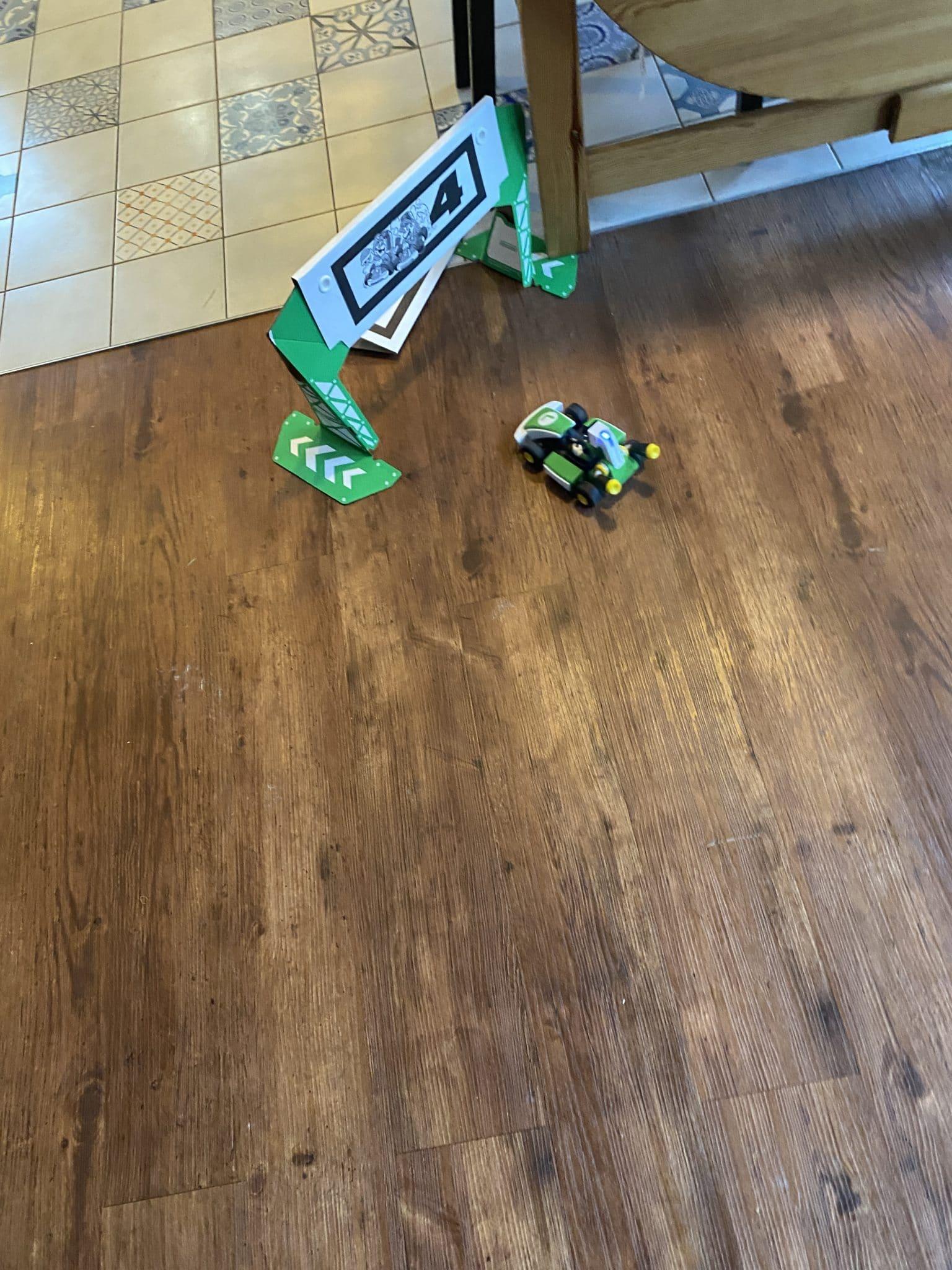 Bissel Mario Kart Live Home Circuit spielen.