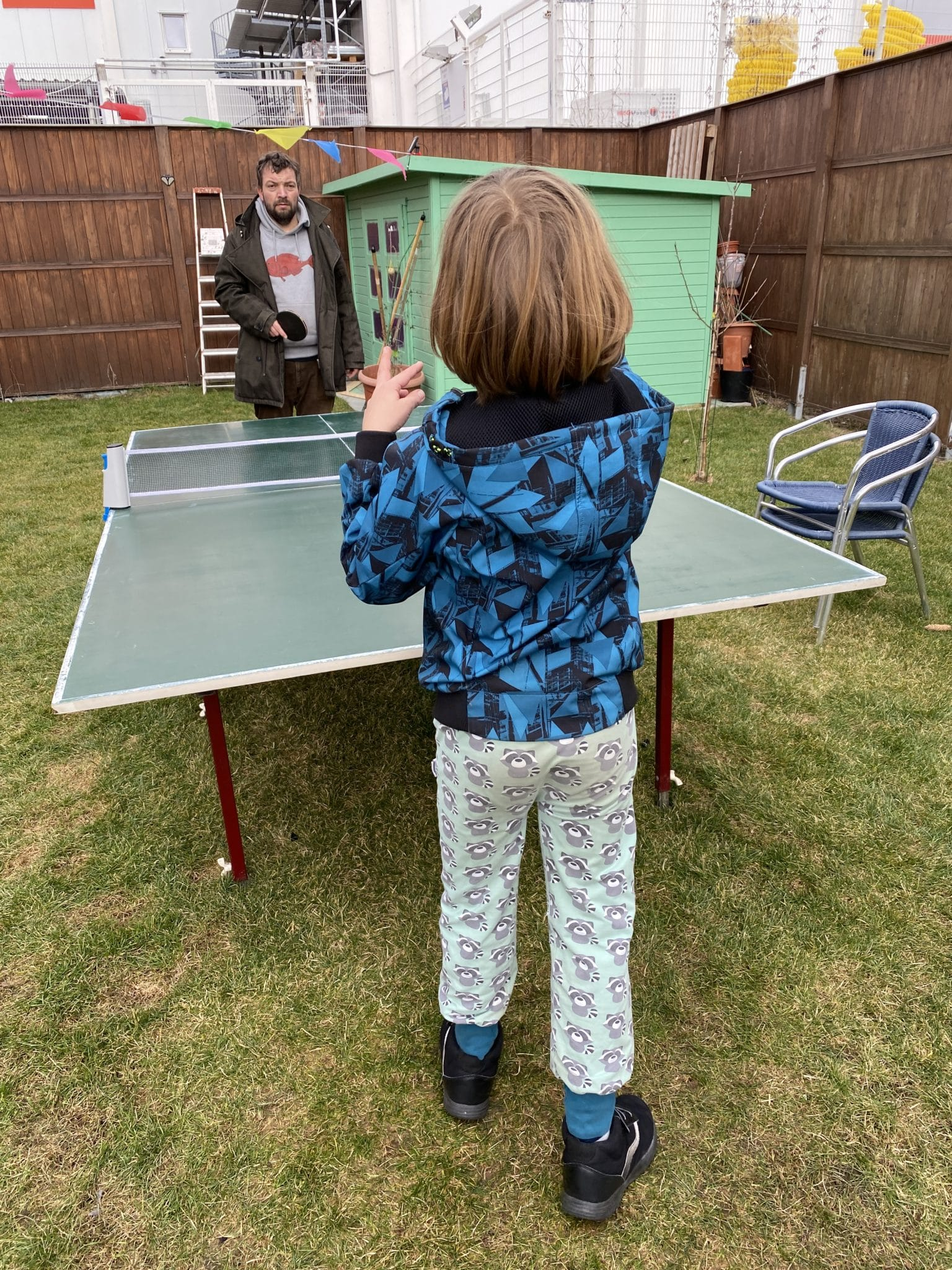 Heute vormittag üben wir Tischtennis. Gar nicht so einfach für die Kinder.