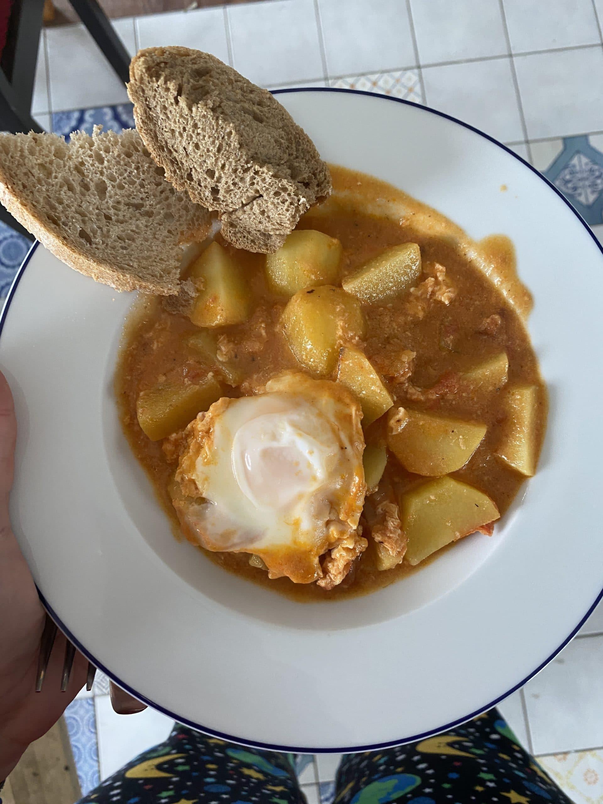 Zum Mittag versuche ich Shakshuka zu kochen, es wird so lala.