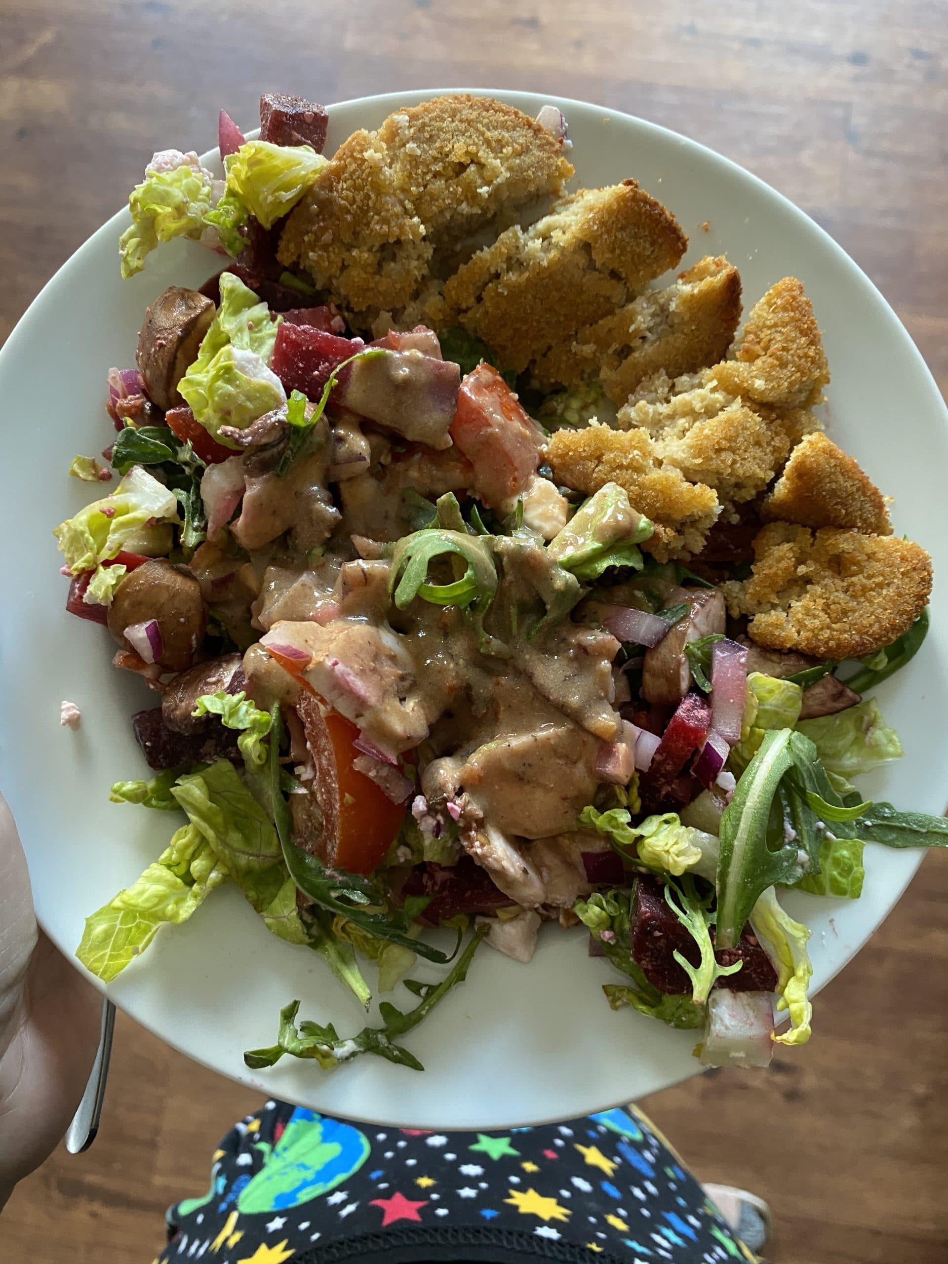 Zum Mittag gibt es Salat und veganes Schnitzel. Sehr lecker!