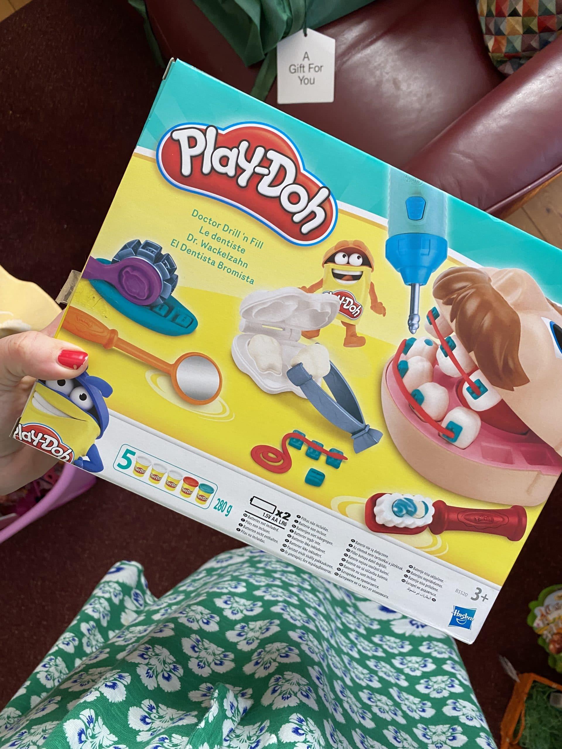 Am Abend verpacke ich das Ostergeschenk (in eine wiederverwendbaren Beutel). Ich hatte das nie als Kind, aber anscheinend ist das ein REnner?