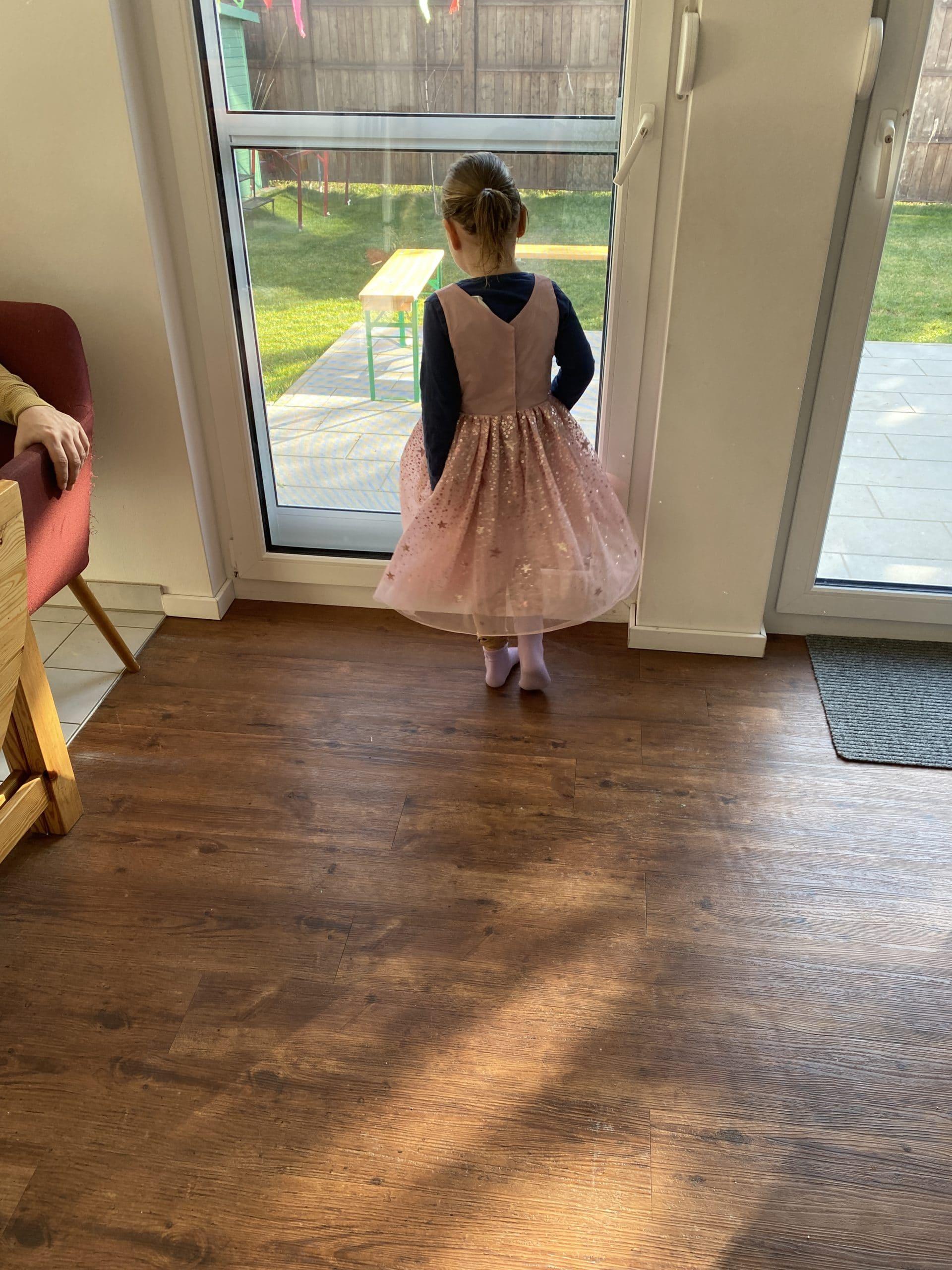 Hallo Ostersonntag. Das Kind zieht hübsche Sachen an.