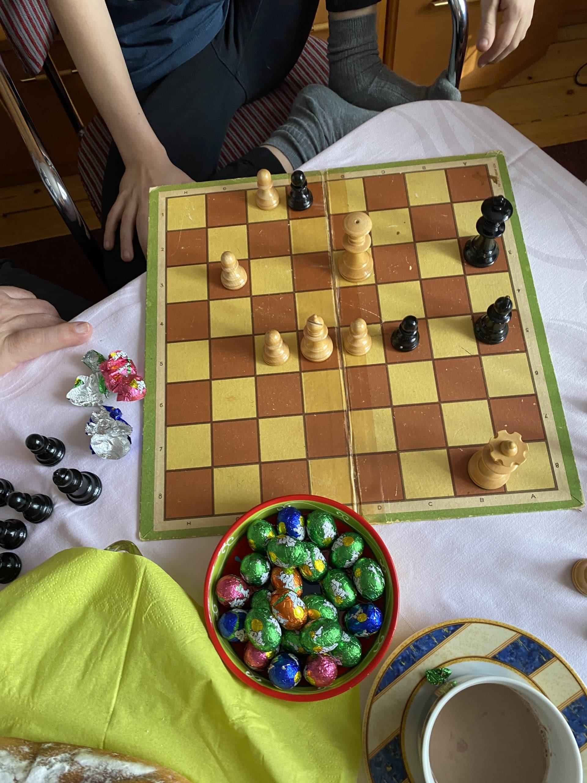 Es wird Schach gespielt. Der Sohn und Opa sind sehr gute Schachspieler.