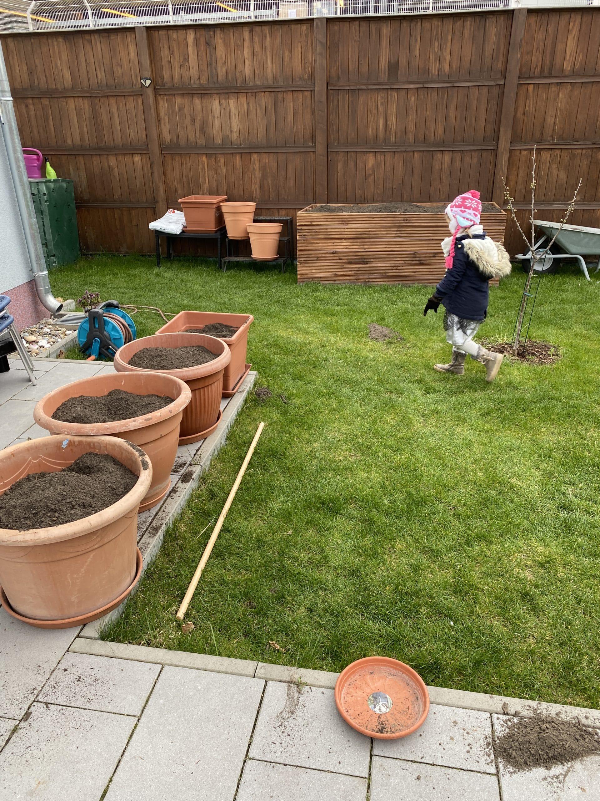 Es steht Gartenarbeit an. Wir verräumen 3 Kubik Gartenerde und das Kind geht Blumen gießen.