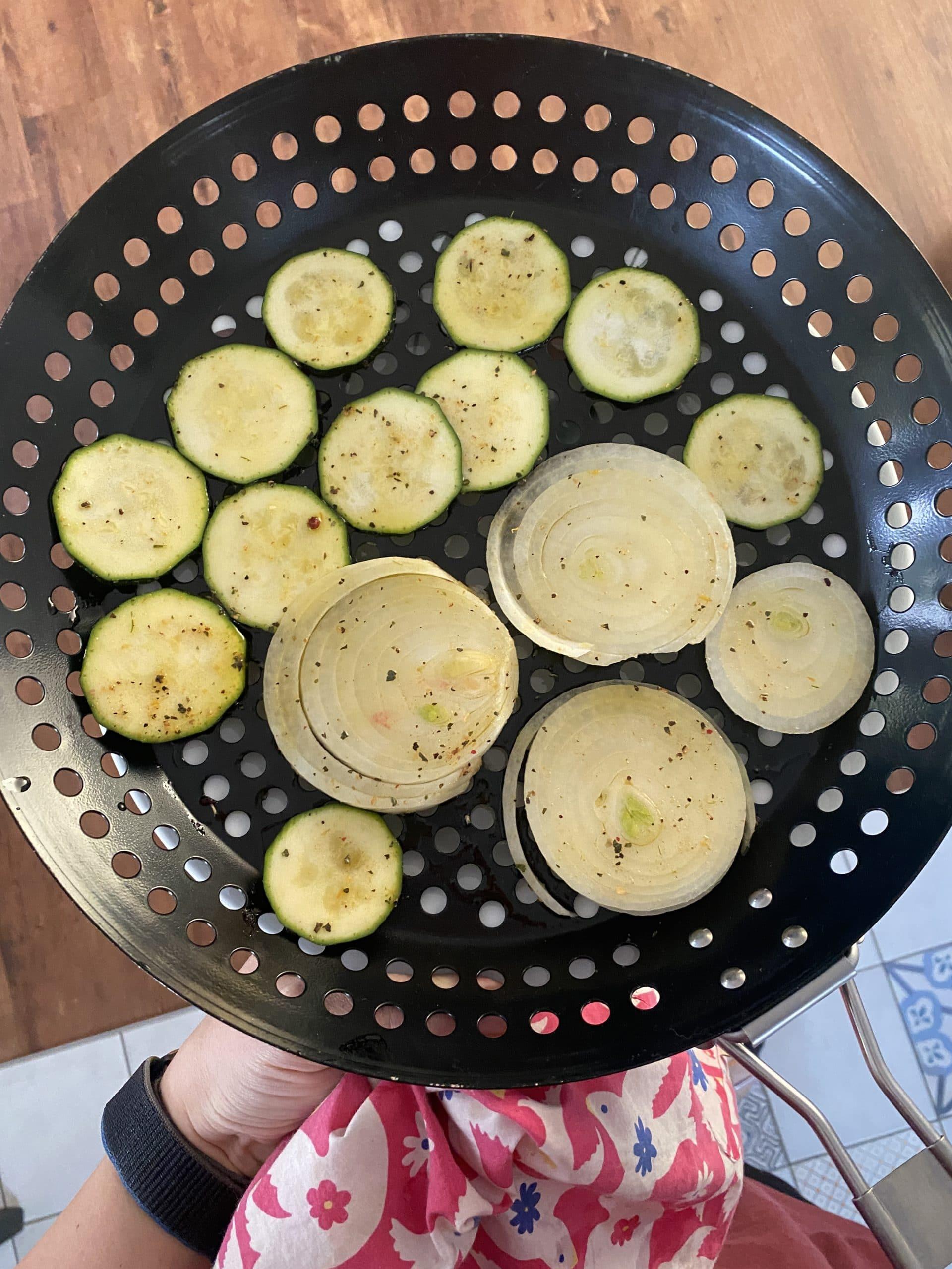 Zum Nachmittag grillen wir. Ich mag gegrilltes Gemüse sehr gern.