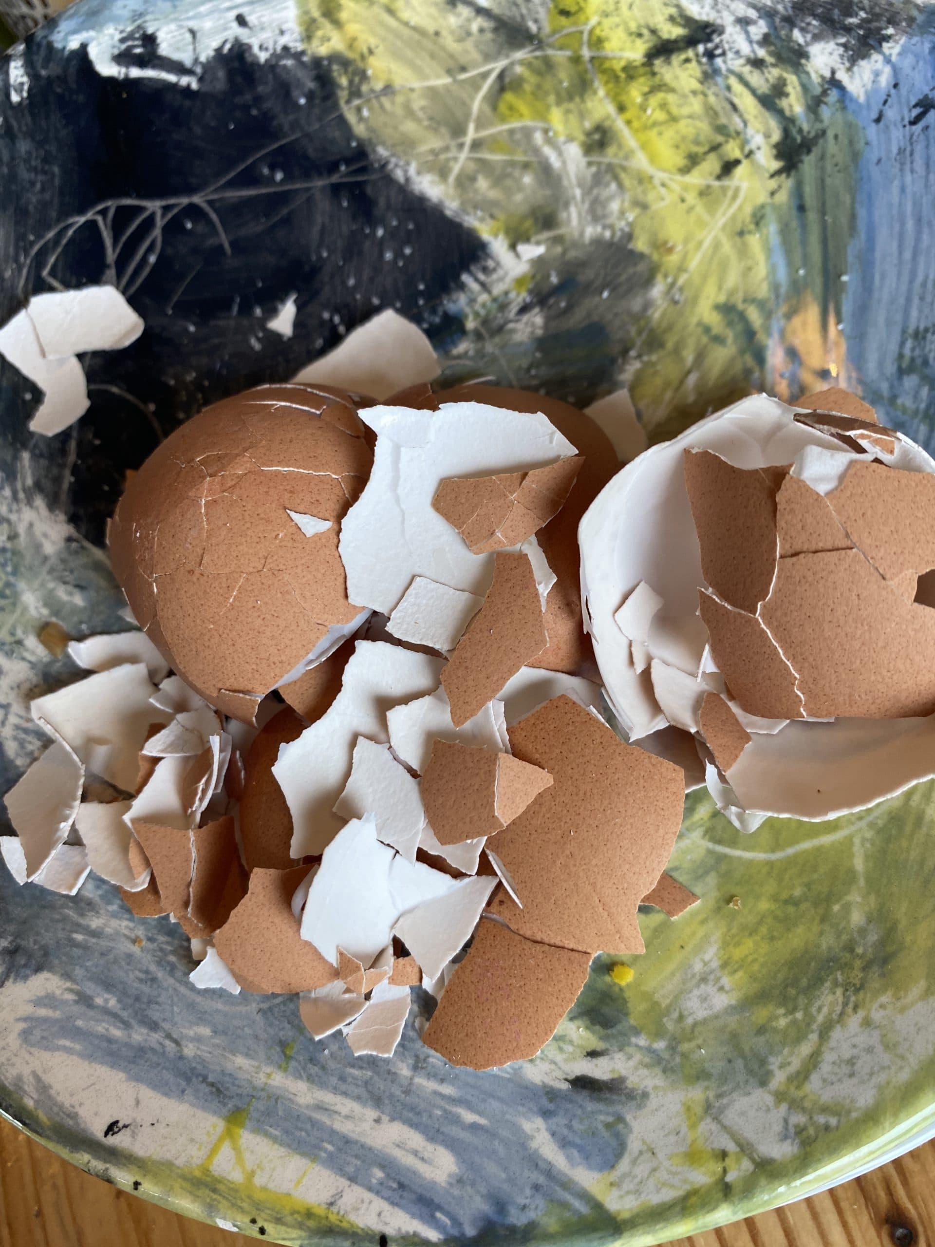 Wie immer darf ich für alle Kinder die Eier vorbereiten. Sie fassen nicht gern Schalen an.