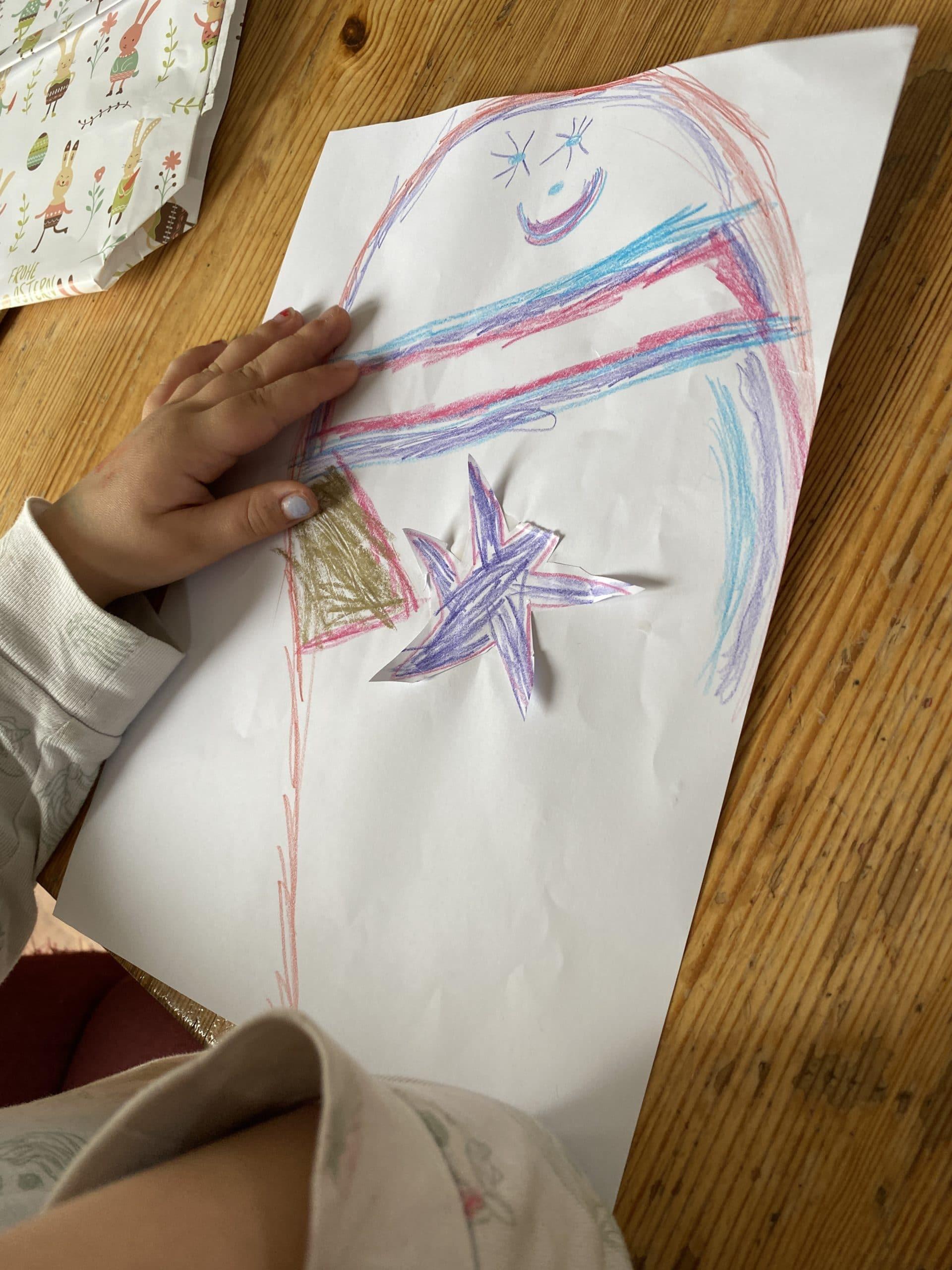 Hallo Samstag. Das Kind und ich sprechen wieder mit dem Riesendaumen. Dieses Bild ist seit Wochen ihr Lieblingsbild.