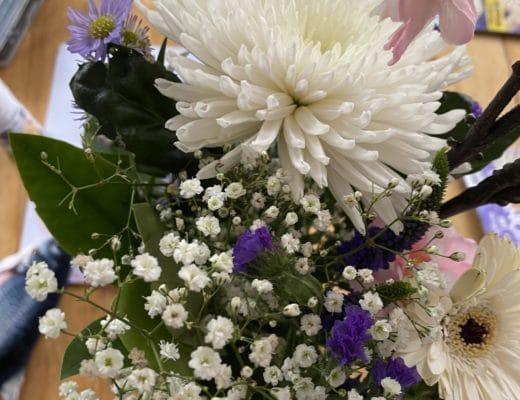 Vom Wocheneinkauf kommt auch ein Blumenstrauß mit zurück. Was für ein Glück.
