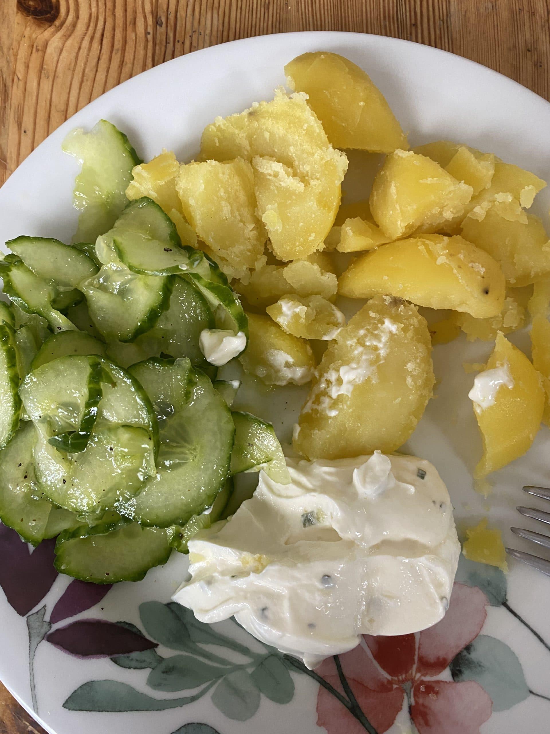 Zum Mittag dann Kartoffeln mit Quark und Gurkensalat. Bester Klassiker.
