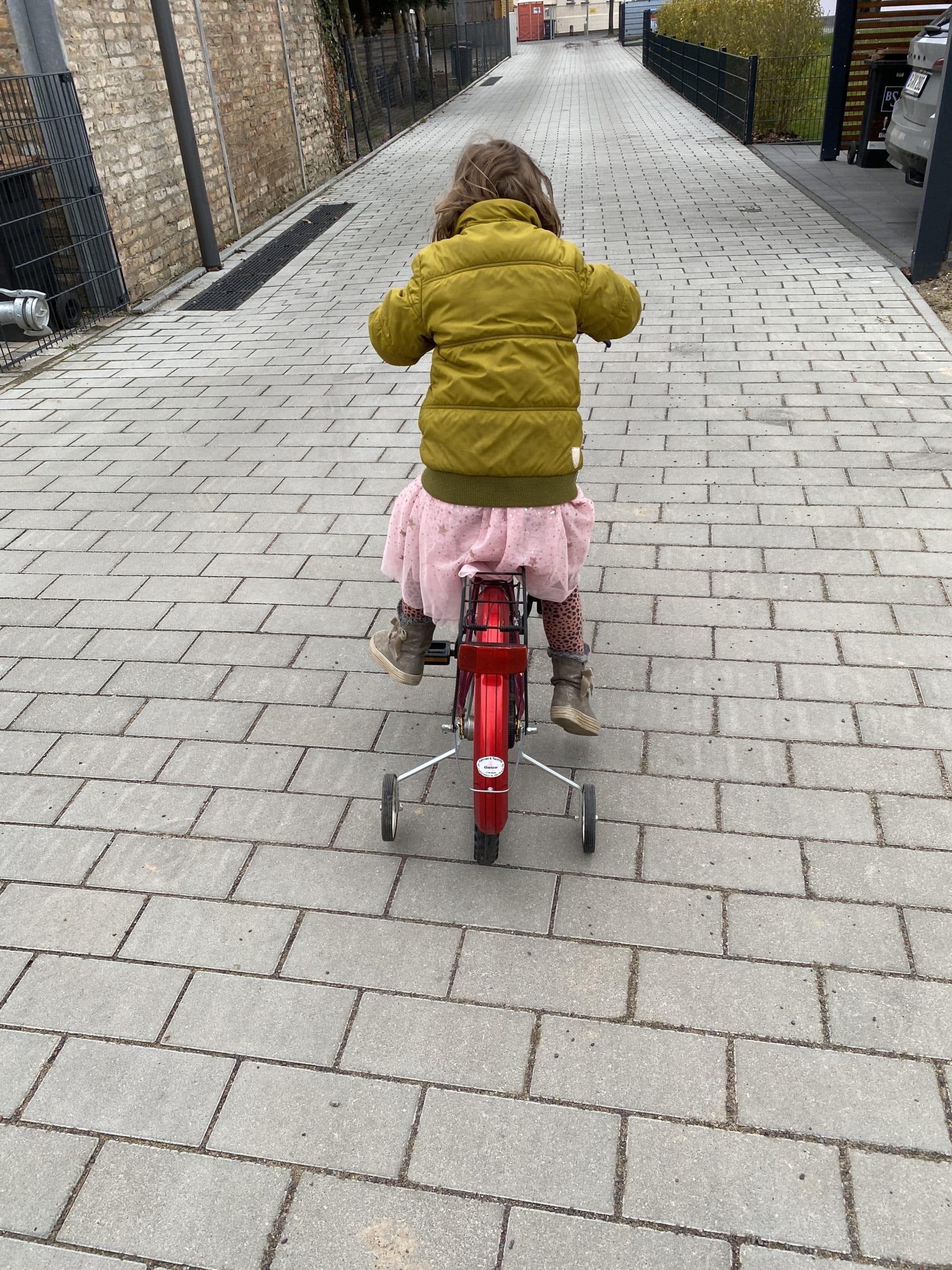 Am Nachmittag üben wir Rad fahren (noch mit Stützrädern). Es geht sehr langsam voran.
